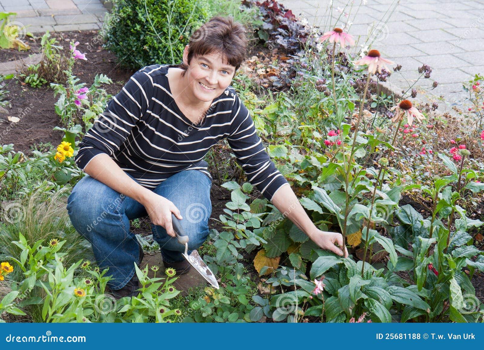 Un femme faisant du jardinage dans le jardin de sa maison for Jardin et jardinage