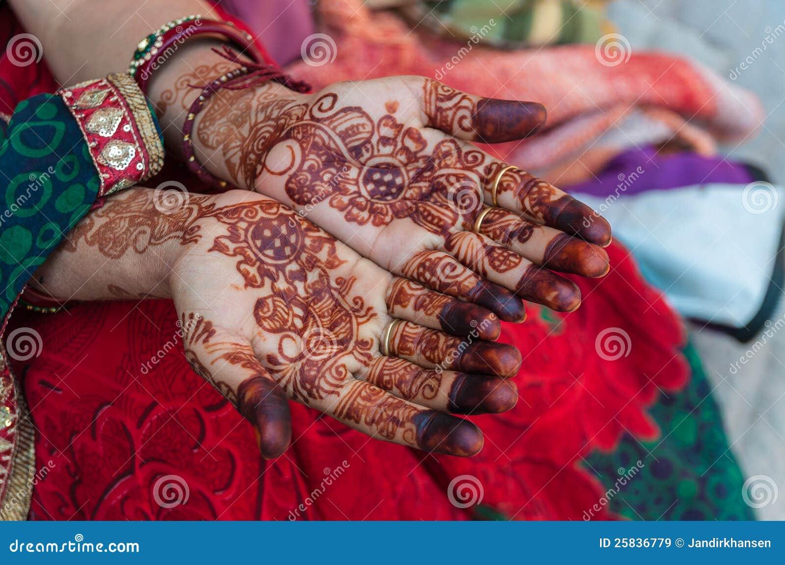 un femme indien avec des tatouages de henn sur les mains image stock image 25836779. Black Bedroom Furniture Sets. Home Design Ideas