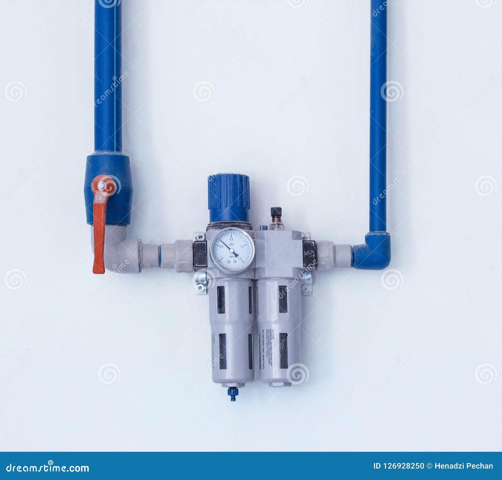 Un filtre moderne avec une mesure d eau pour nettoyer des débris et des métaux lourds, située sur le mur, une purification d eau