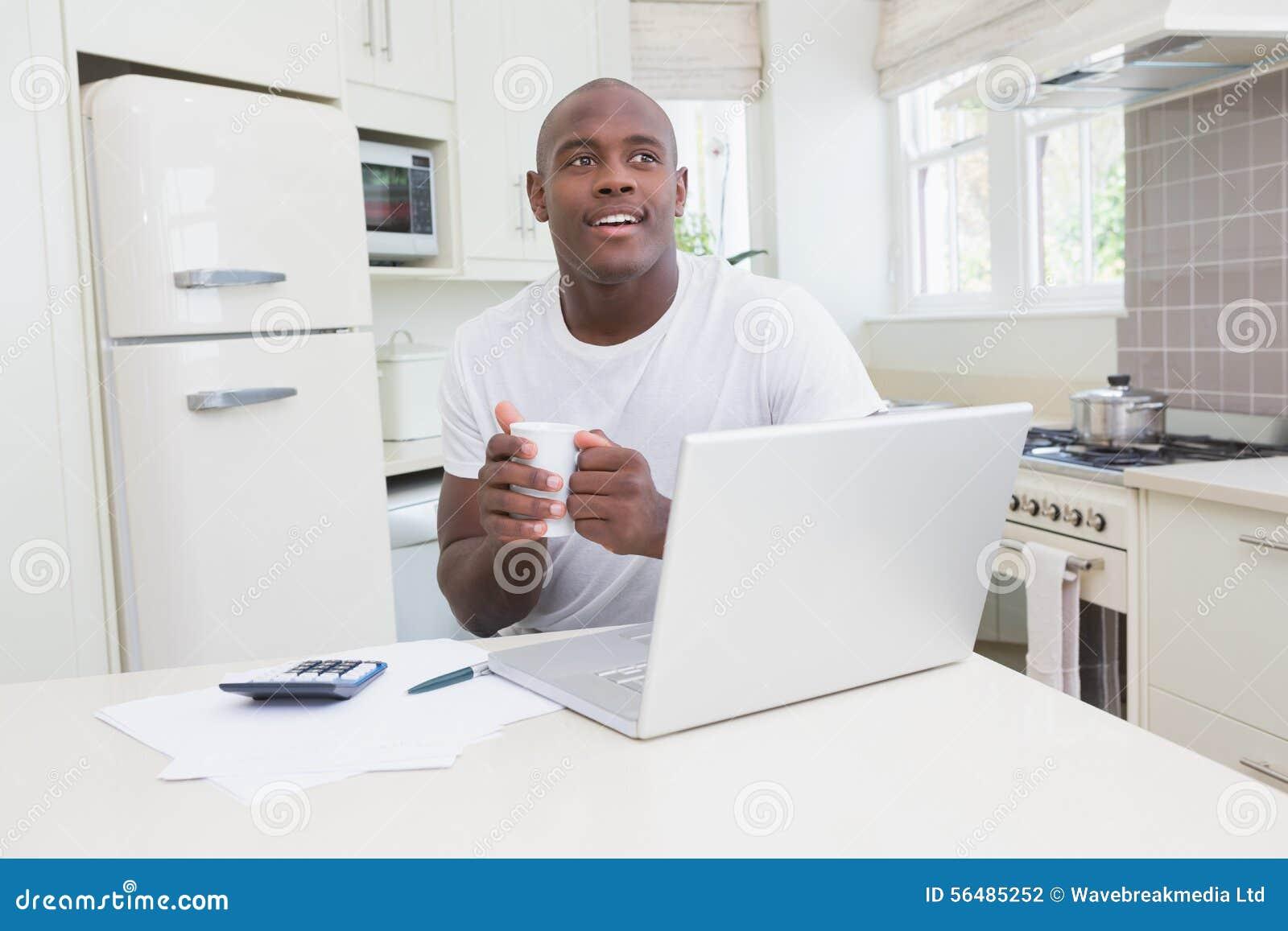Un fonctionnement d homme et à l aide de son ordinateur portable