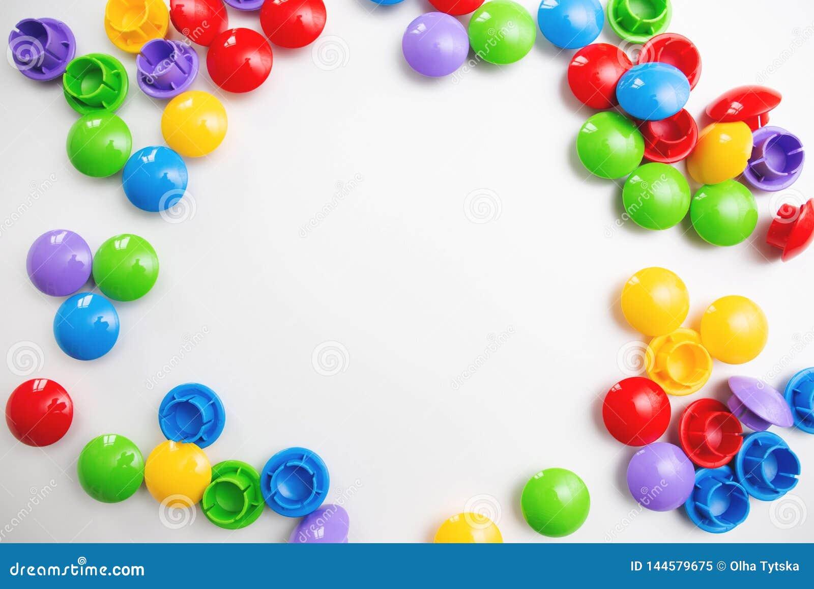Un fondo luminoso multicolore della struttura fatto dei giocattoli dei bambini Spazio per testo