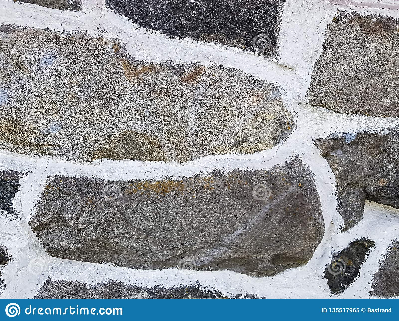 Un fondo natural de la pared de piedra con el mortero blanco