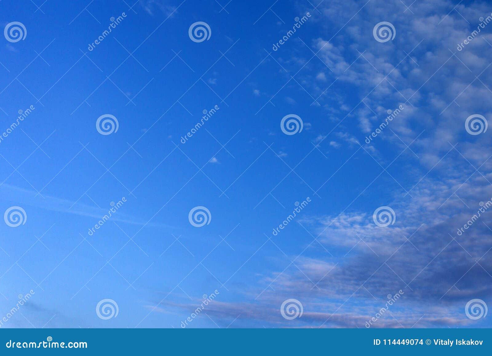 Un fondo suave de la nube, cielo azul con la nube