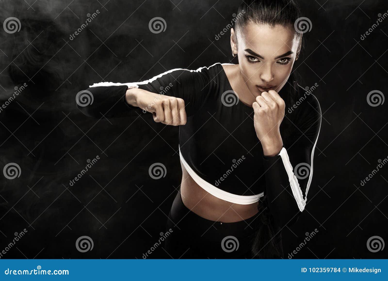 Un forte atletico, pugile della donna, inscatolante all addestramento sui precedenti neri Concetto di pugilato di sport con lo sp
