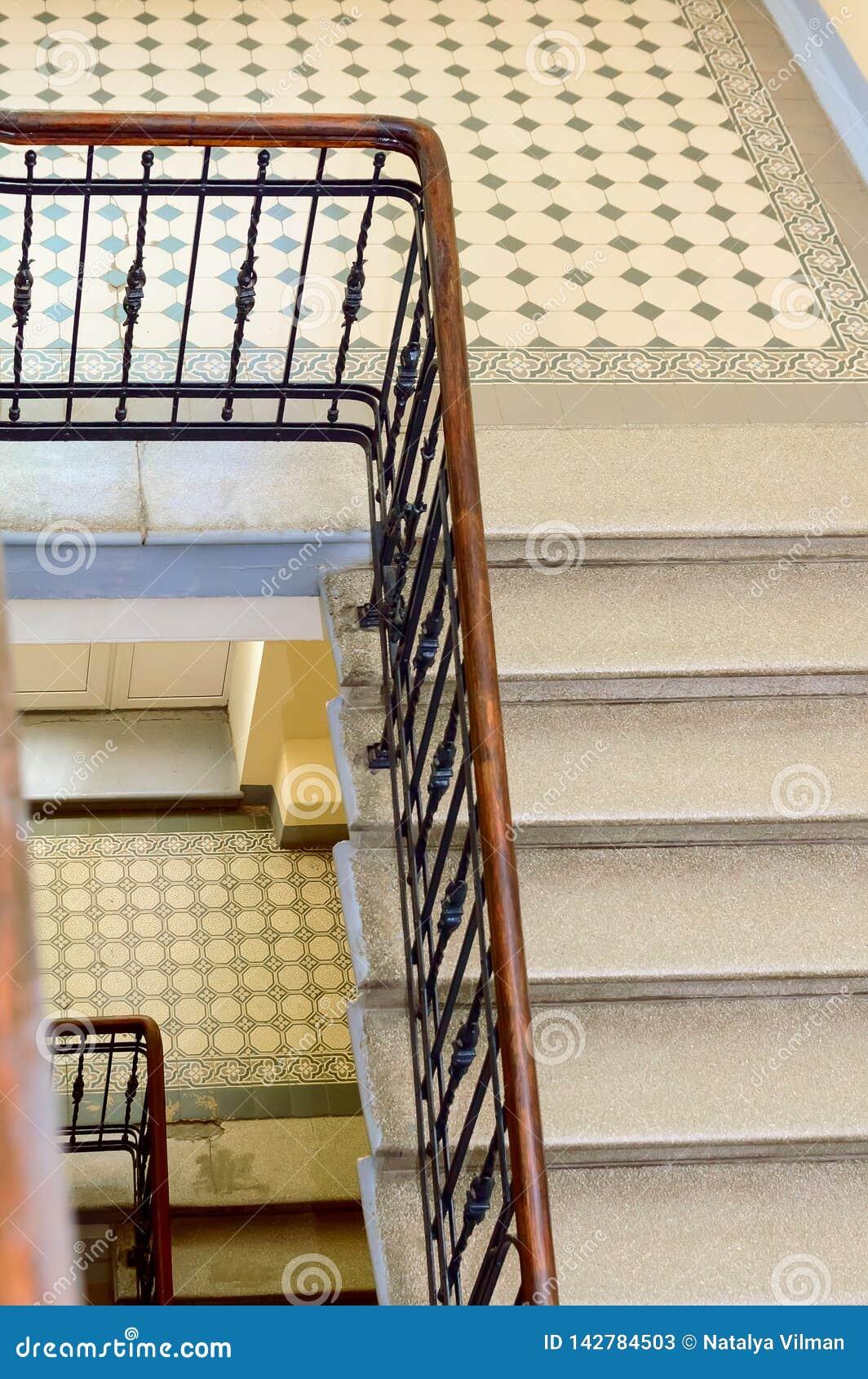 Un fragment d un vieil escalier de marbre et d une balustrade