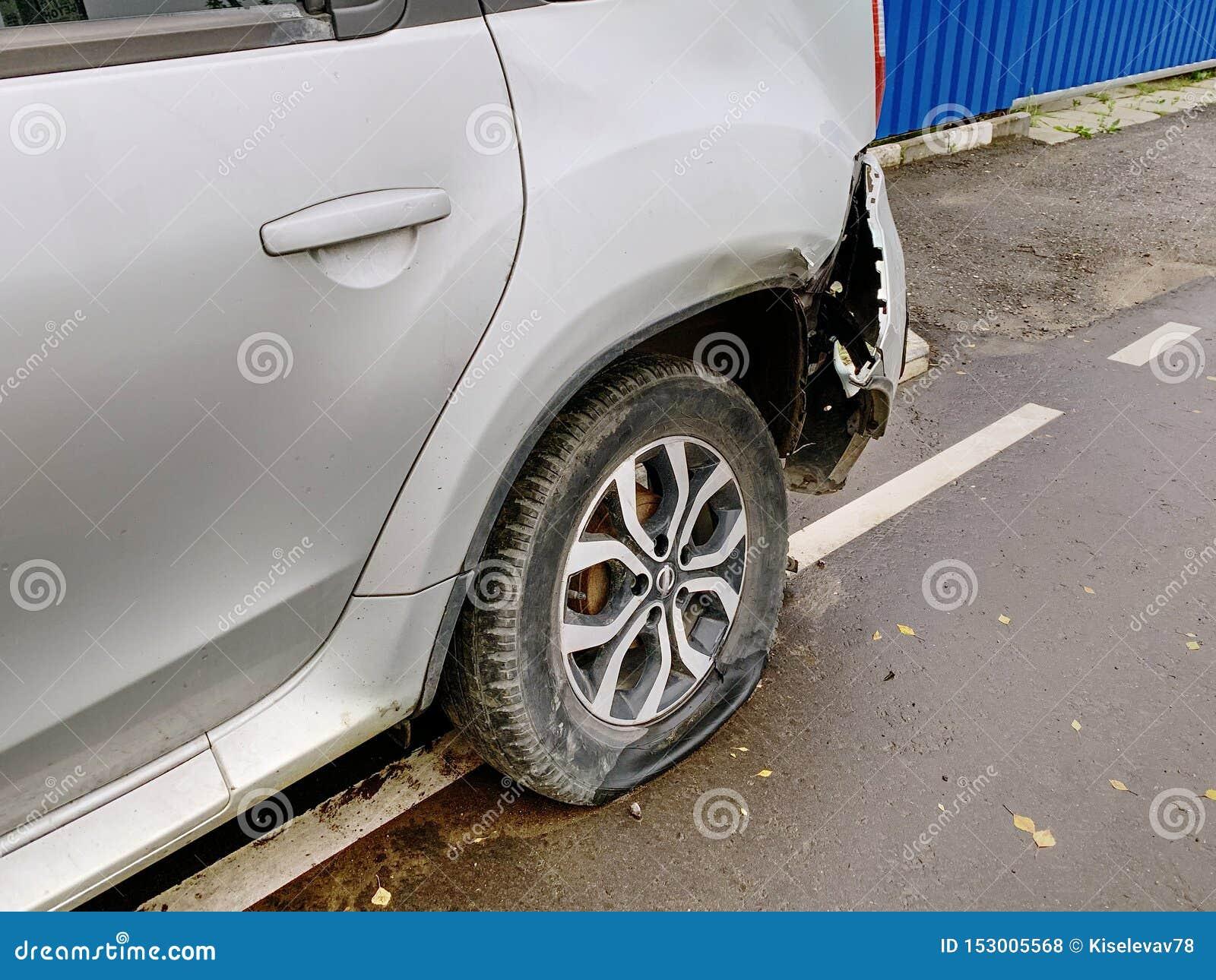 Un frammento dell automobile sulle attività collaterali Gomma piana e paraurti rotto