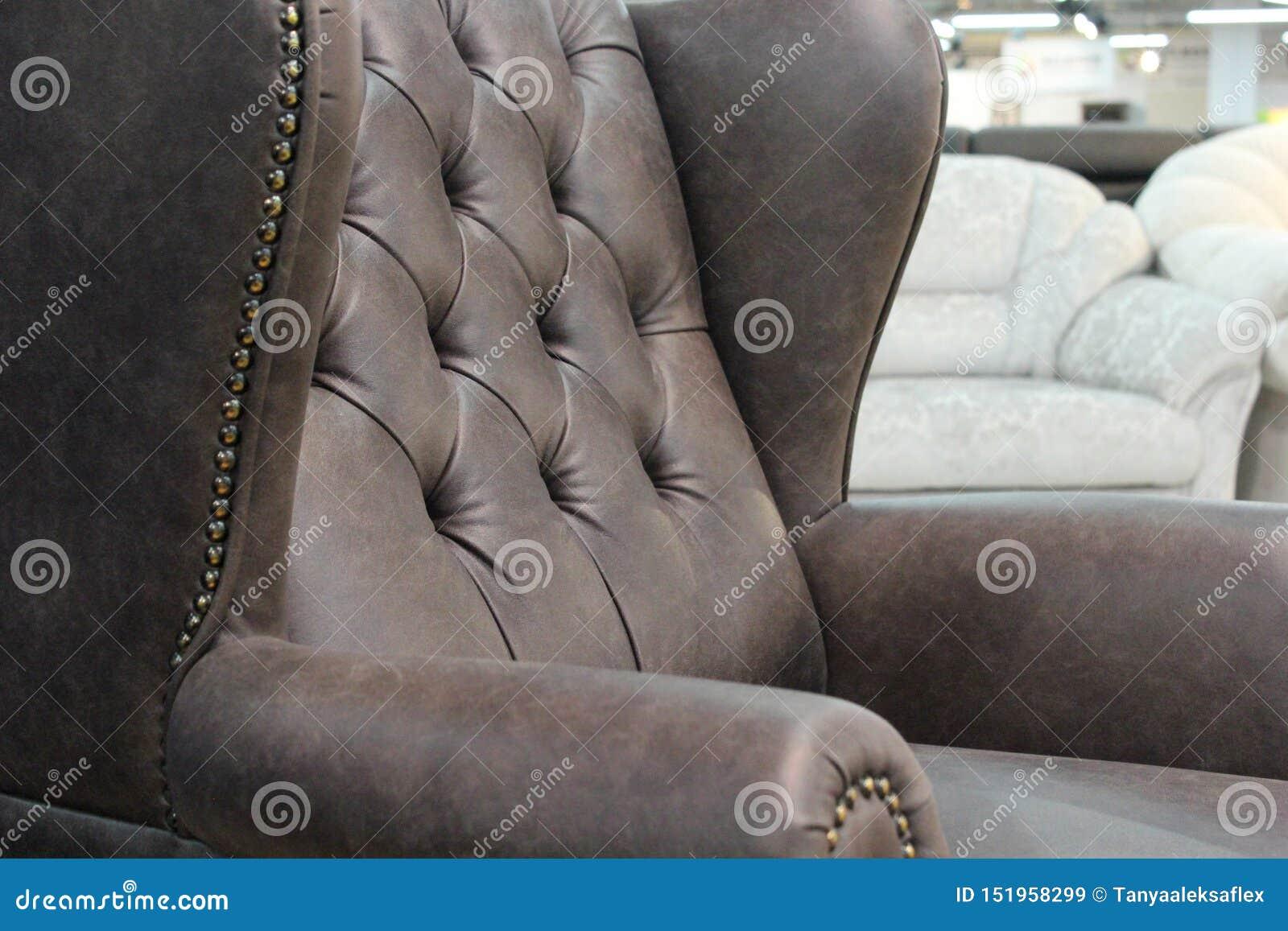 Un frammento di una sedia di cuoio classica Primo piano di struttura di cuoio elegante con i bottoni Frammento di una sedia class