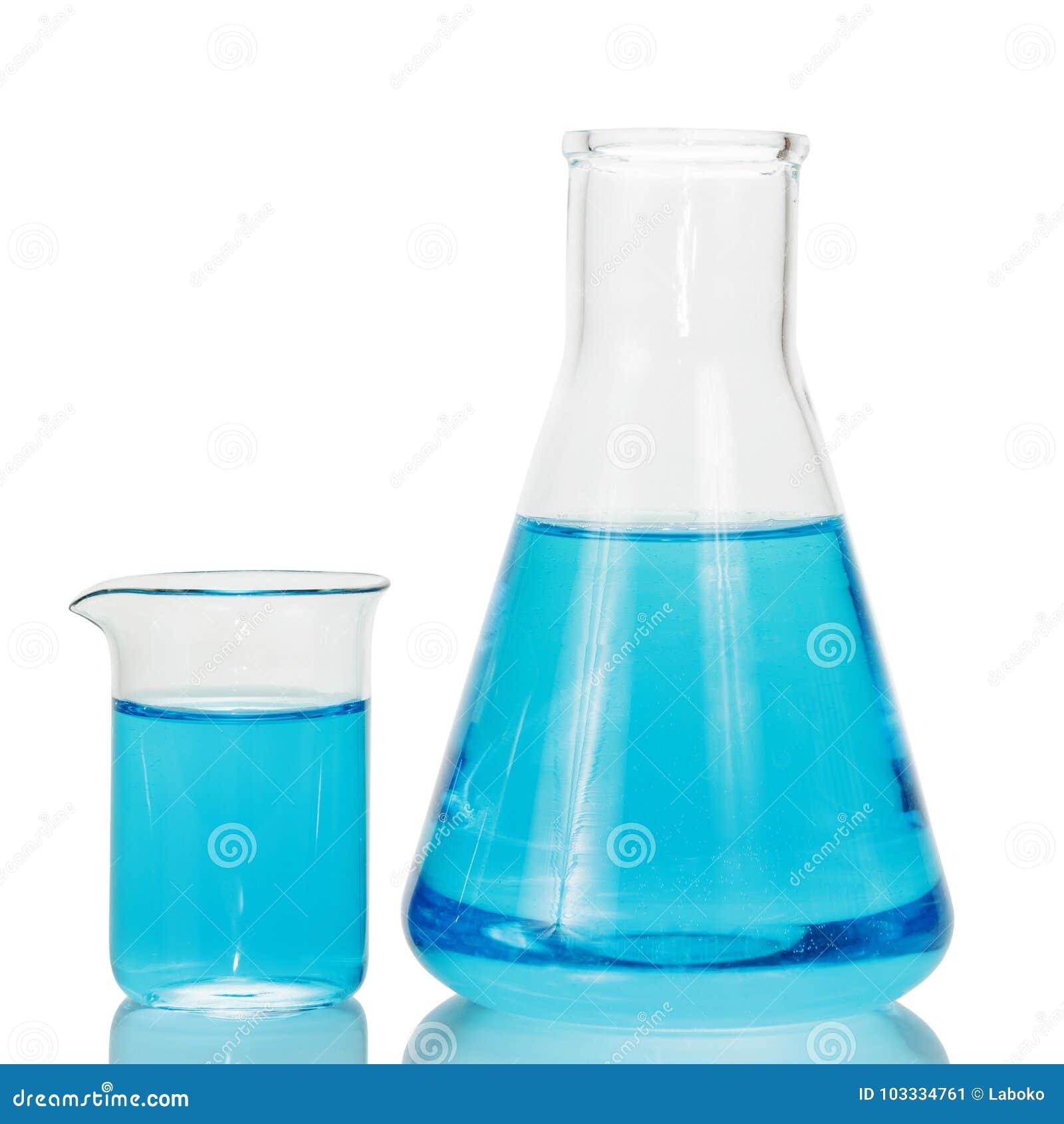 Un frasco y un cubilete químicos con los líquidos azules aislados en blanco