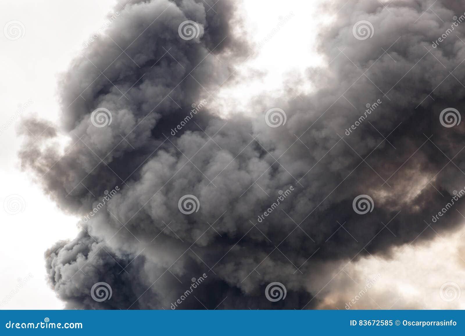 Un fumo spesso e scuro che sommerge la via di una città