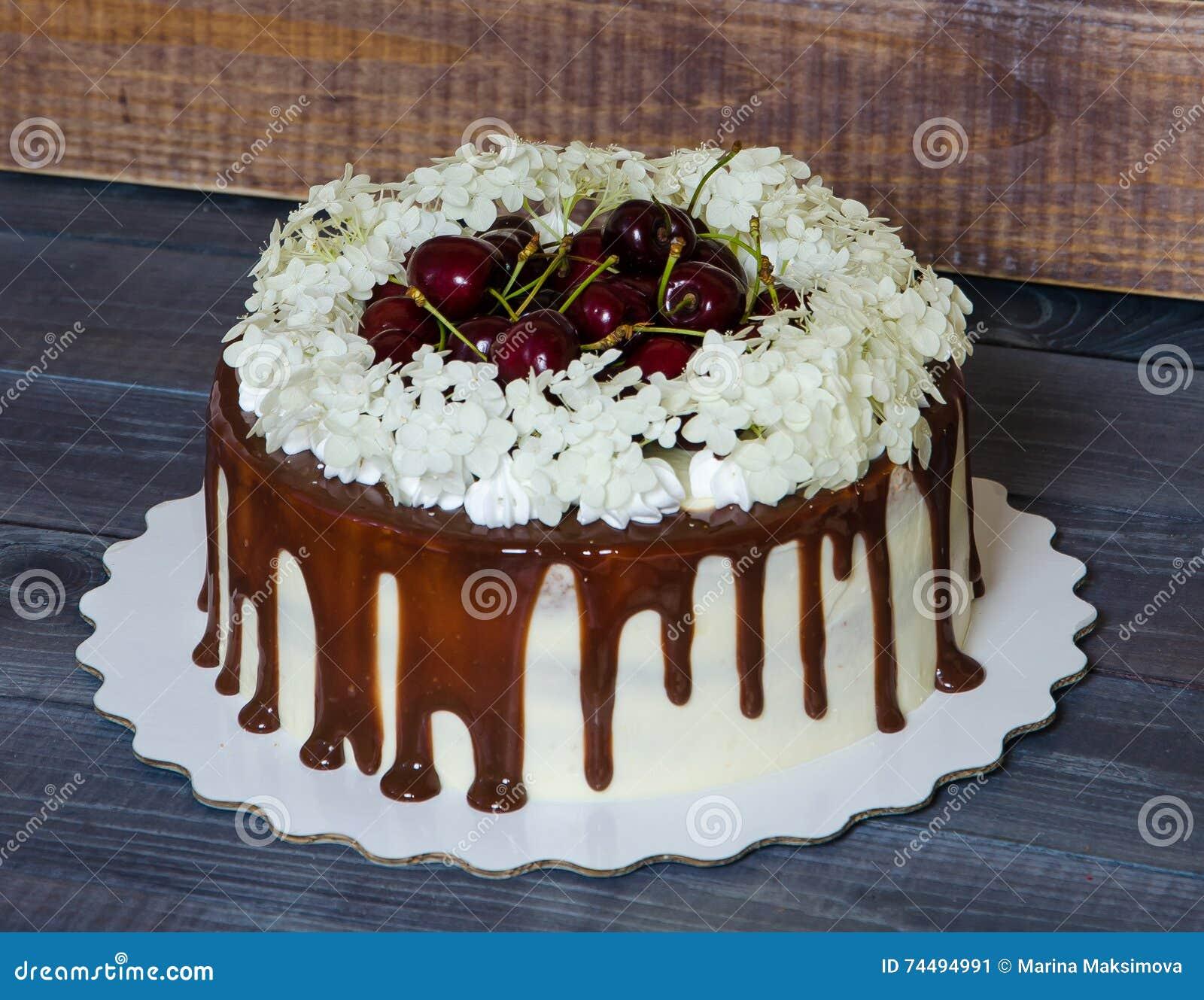 Un gâteau avec les cerises et l hortensia