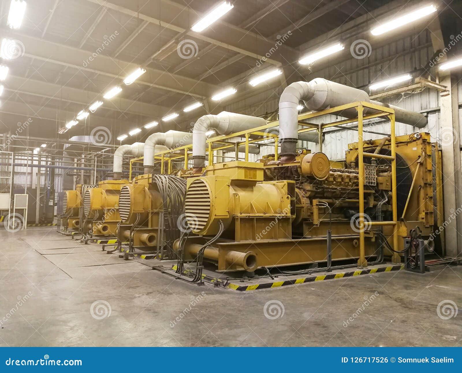 Un générateur diesel électrique très grand dans l usine pour l urgence,