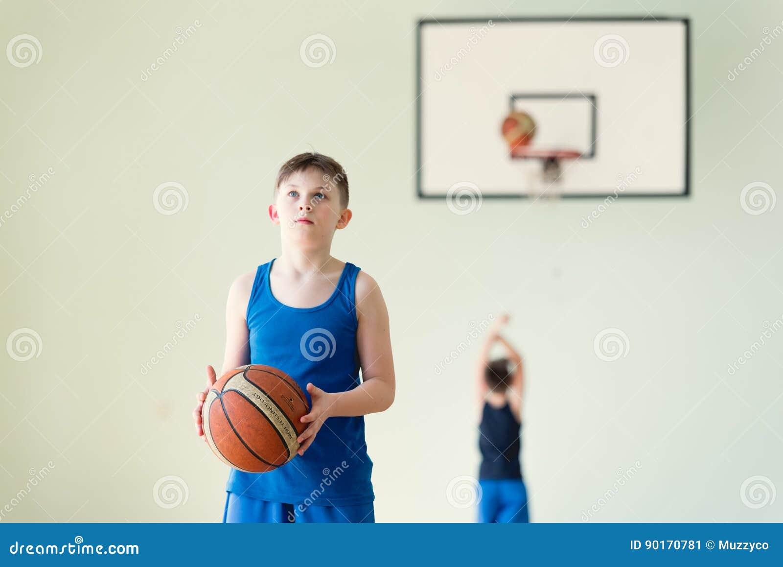 Un garçon avec la boule