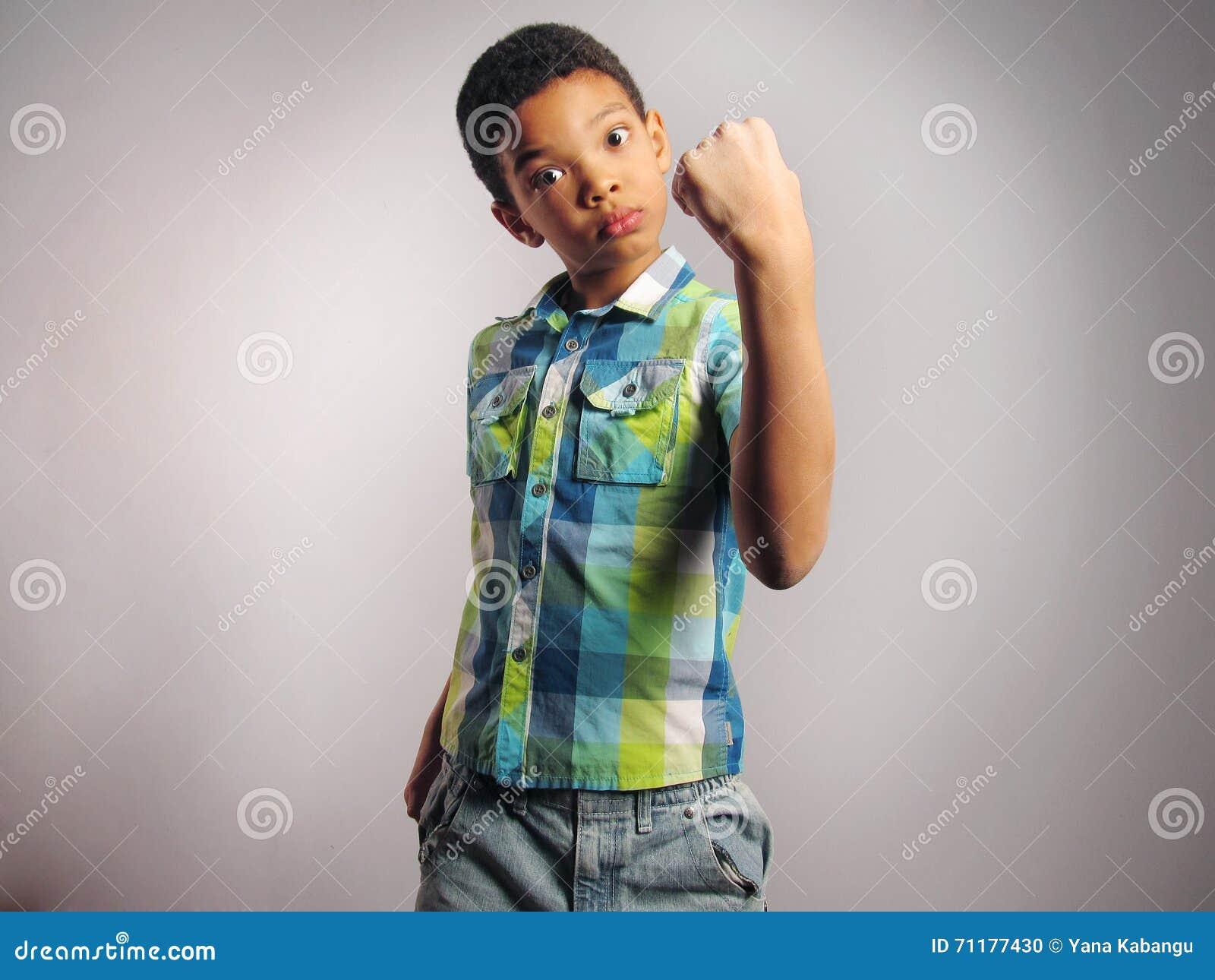 Un garçon menaçant par son poing