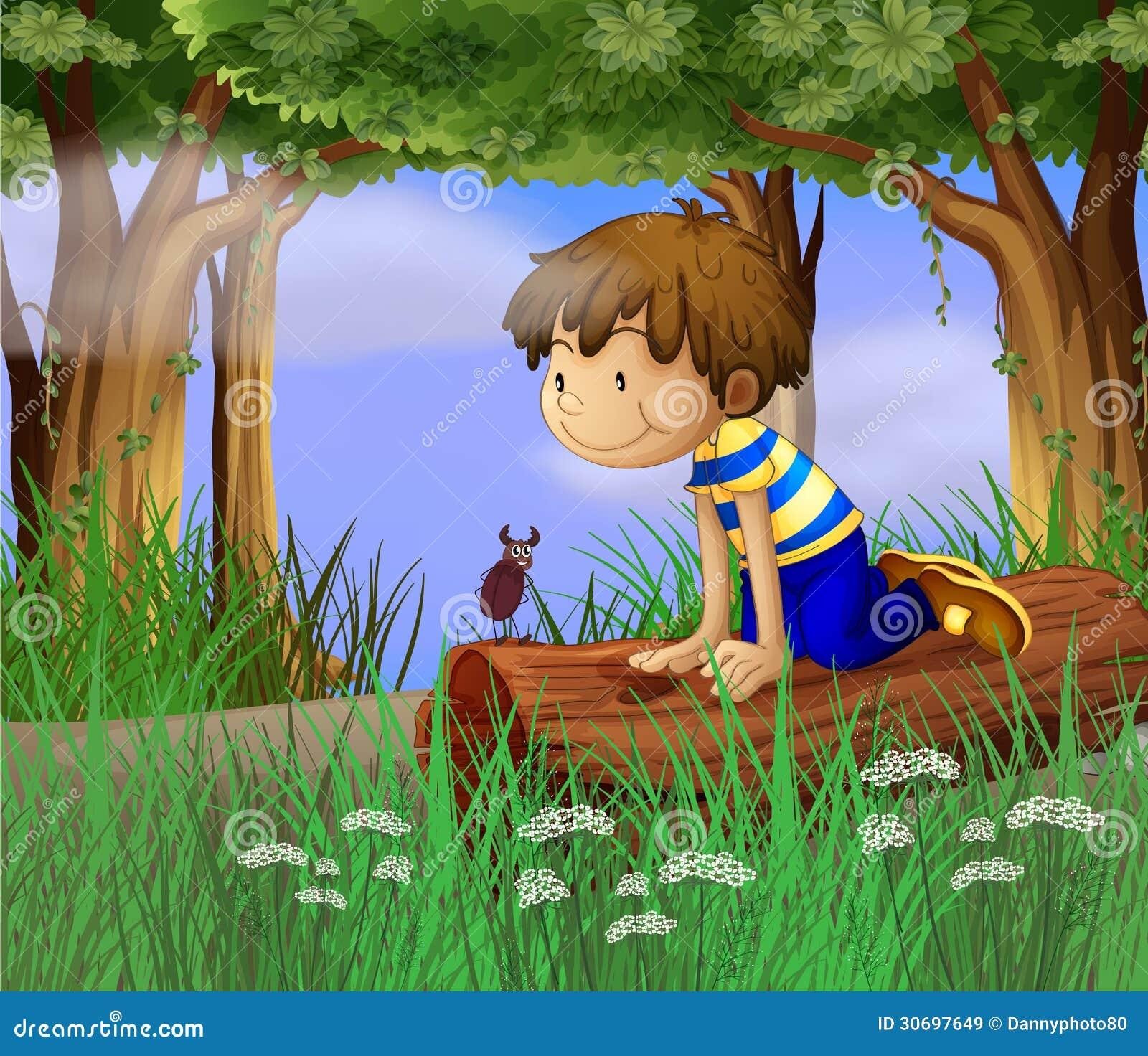 Un garçon observant un insecte