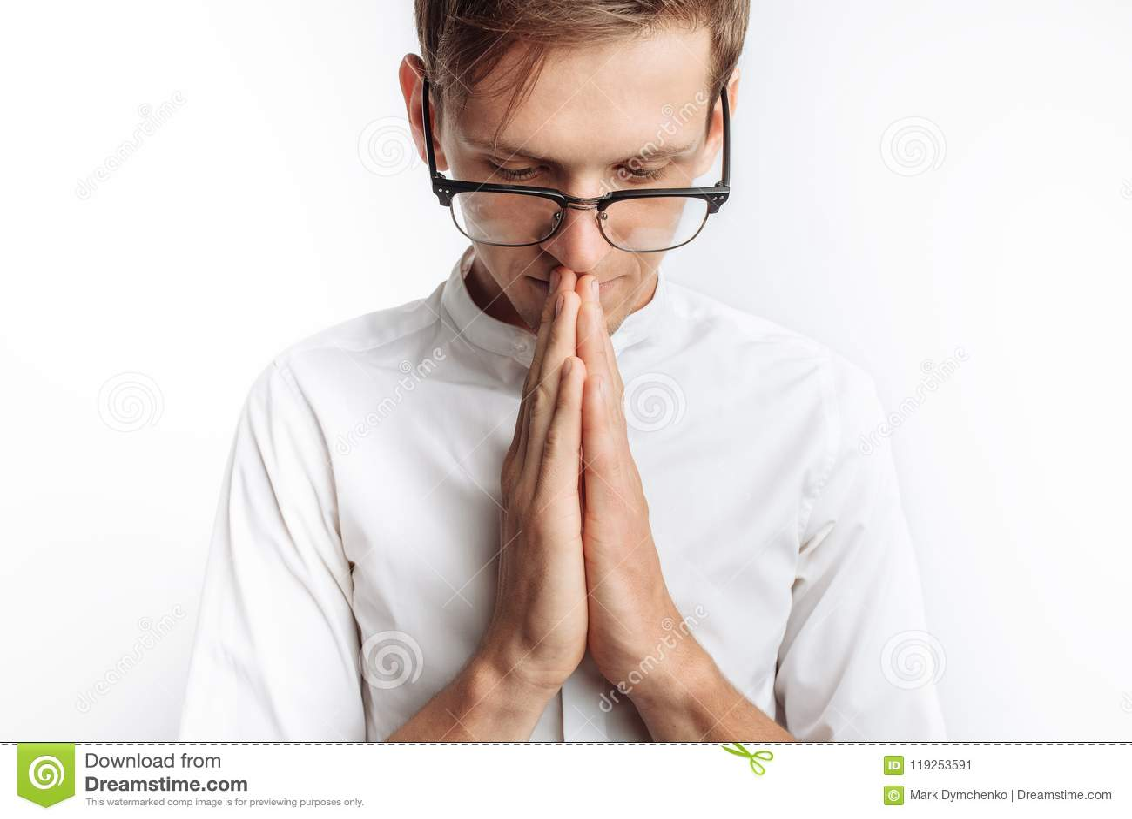 Un giovane che prega a Dio o a Jesus Christ, piegato, su un fondo bianco, chiedente l aiuto