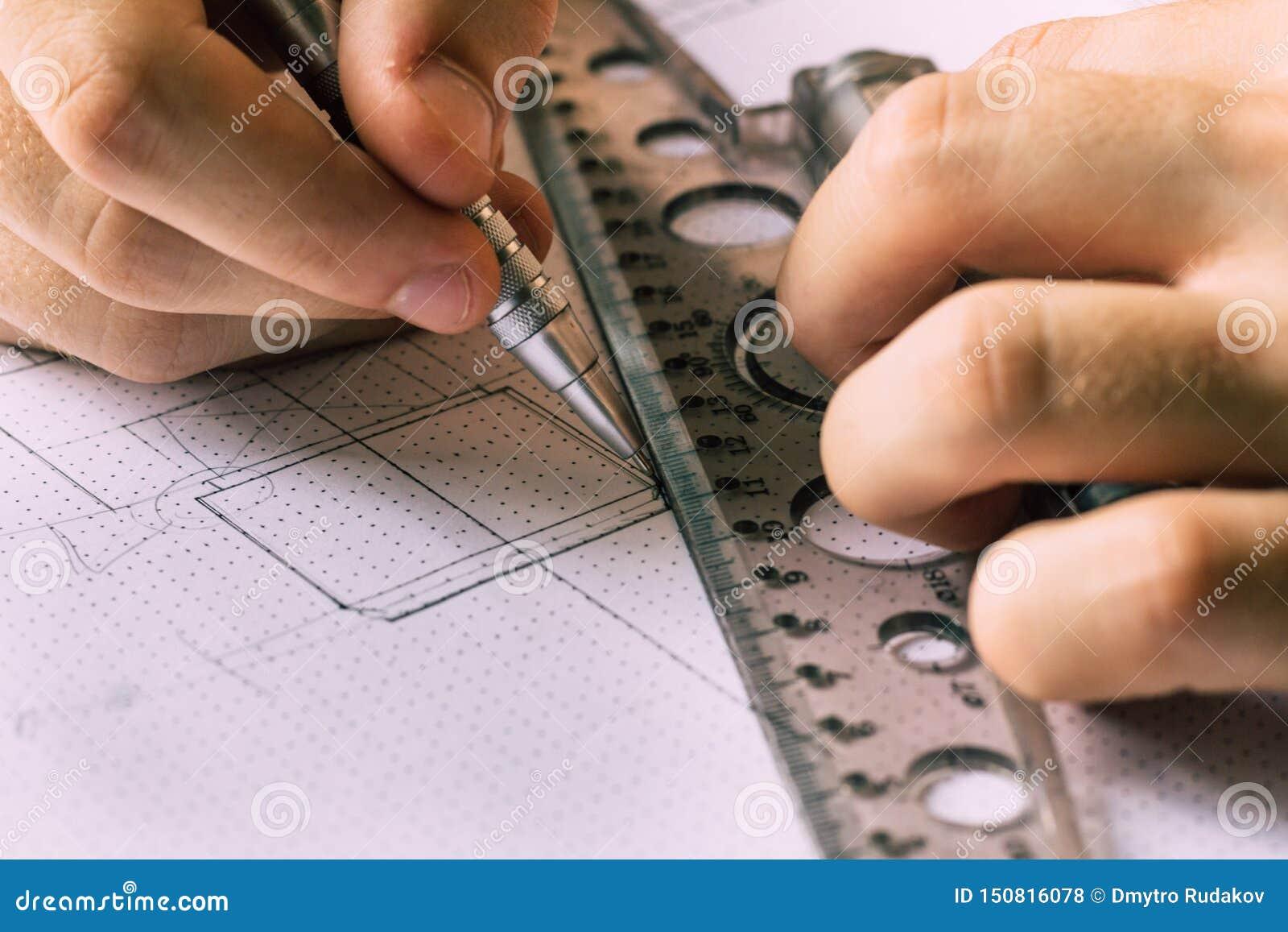 Un giovane ingegnere impara lavorare con i disegni