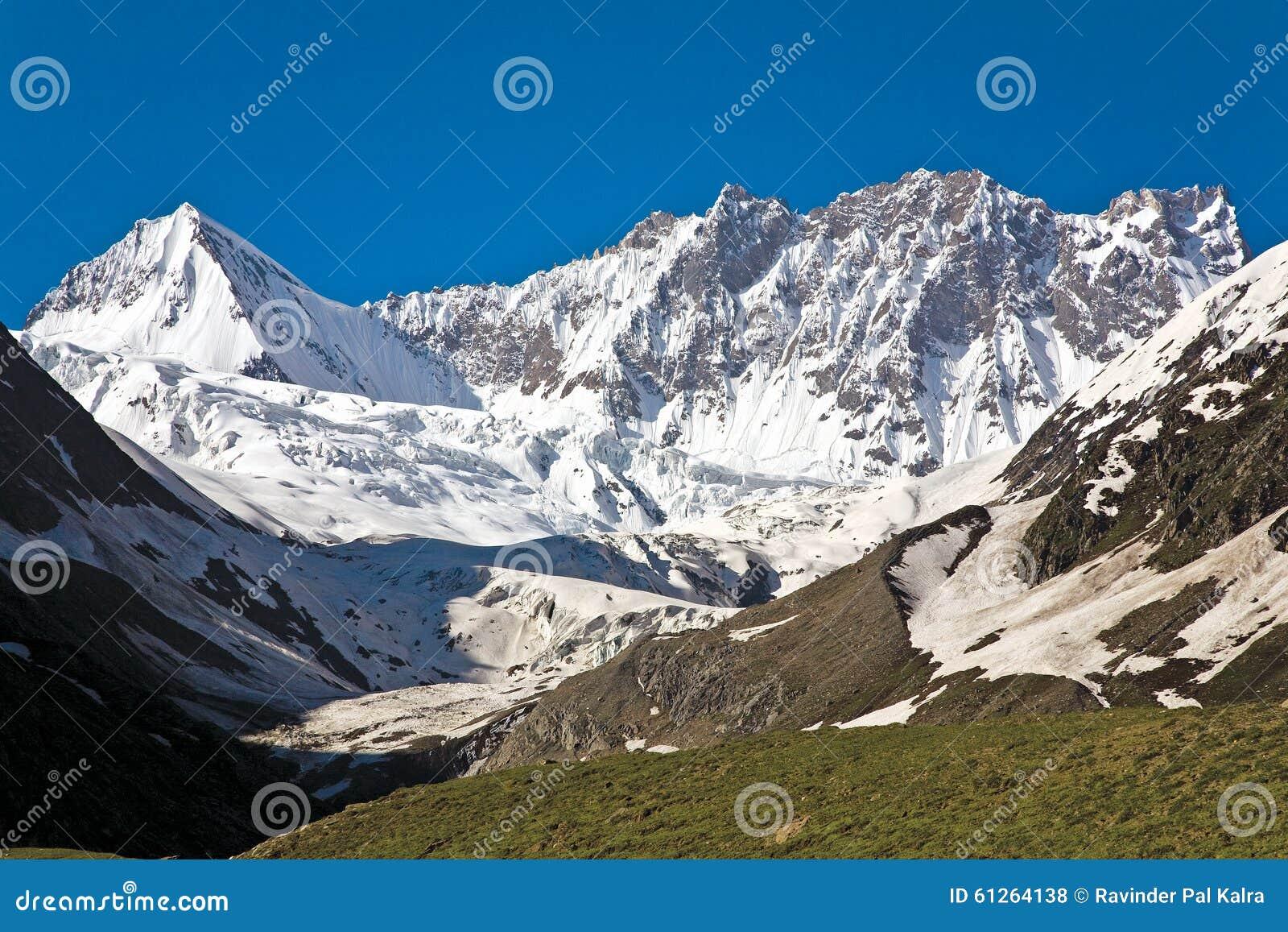 Un glaciar cerca del paso de Zojila en la altura de 3529 metros, carretera de Leh-Srinagar, Ladakh, la India