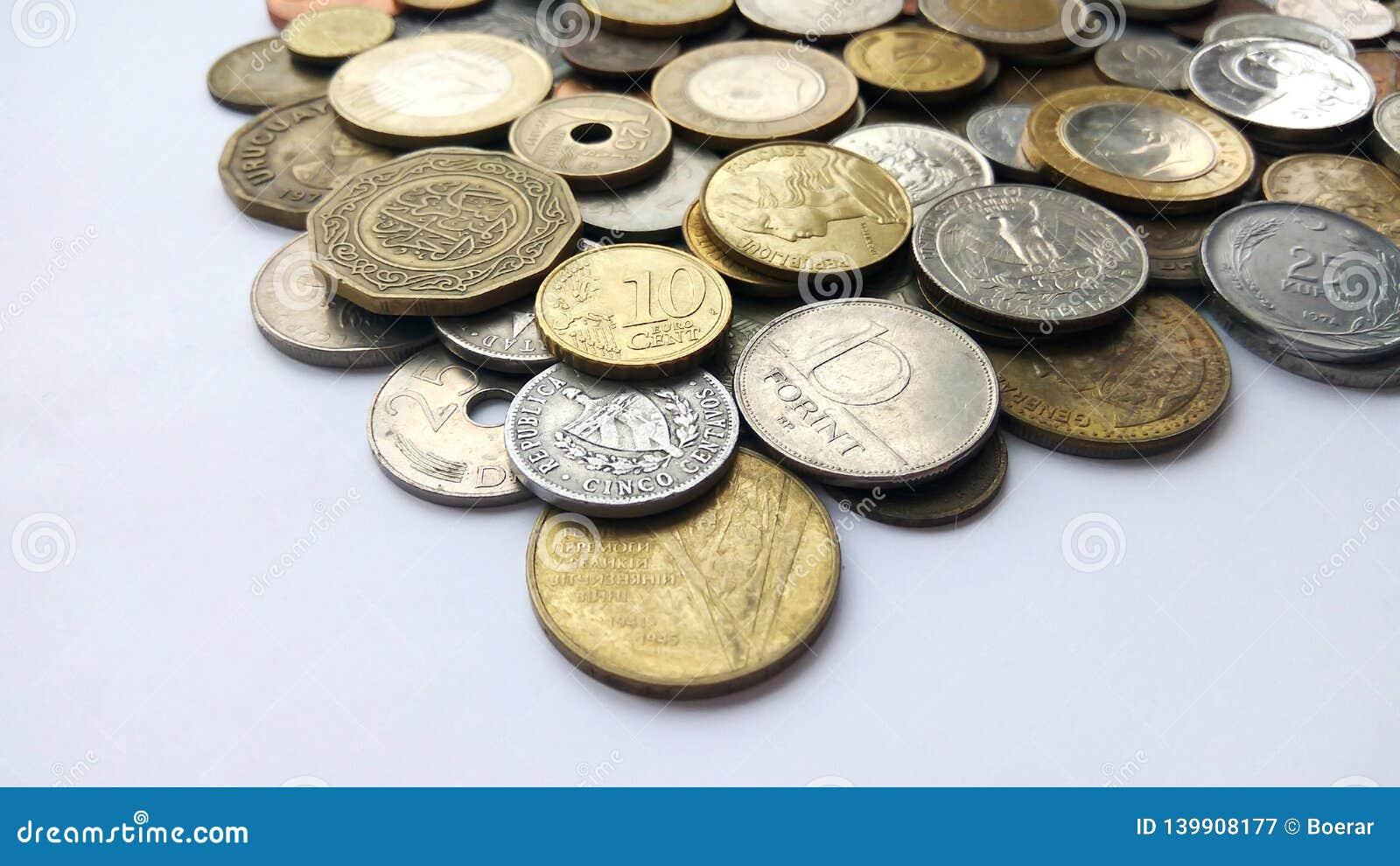 Un gran numero di monete dei vecchi soldi dei paesi e del fondo differenti di periodi