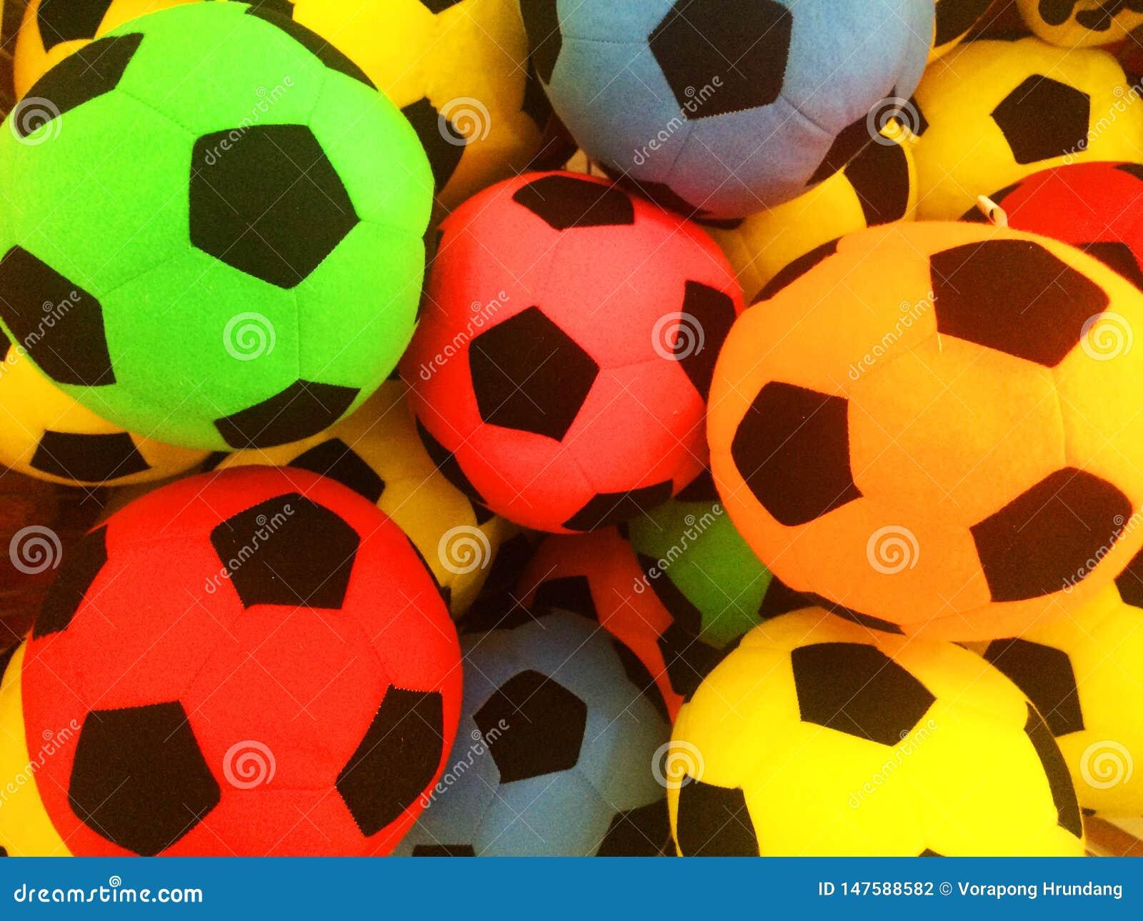 Un grand choix de boules colorées, disposées dans un grand choix de boules