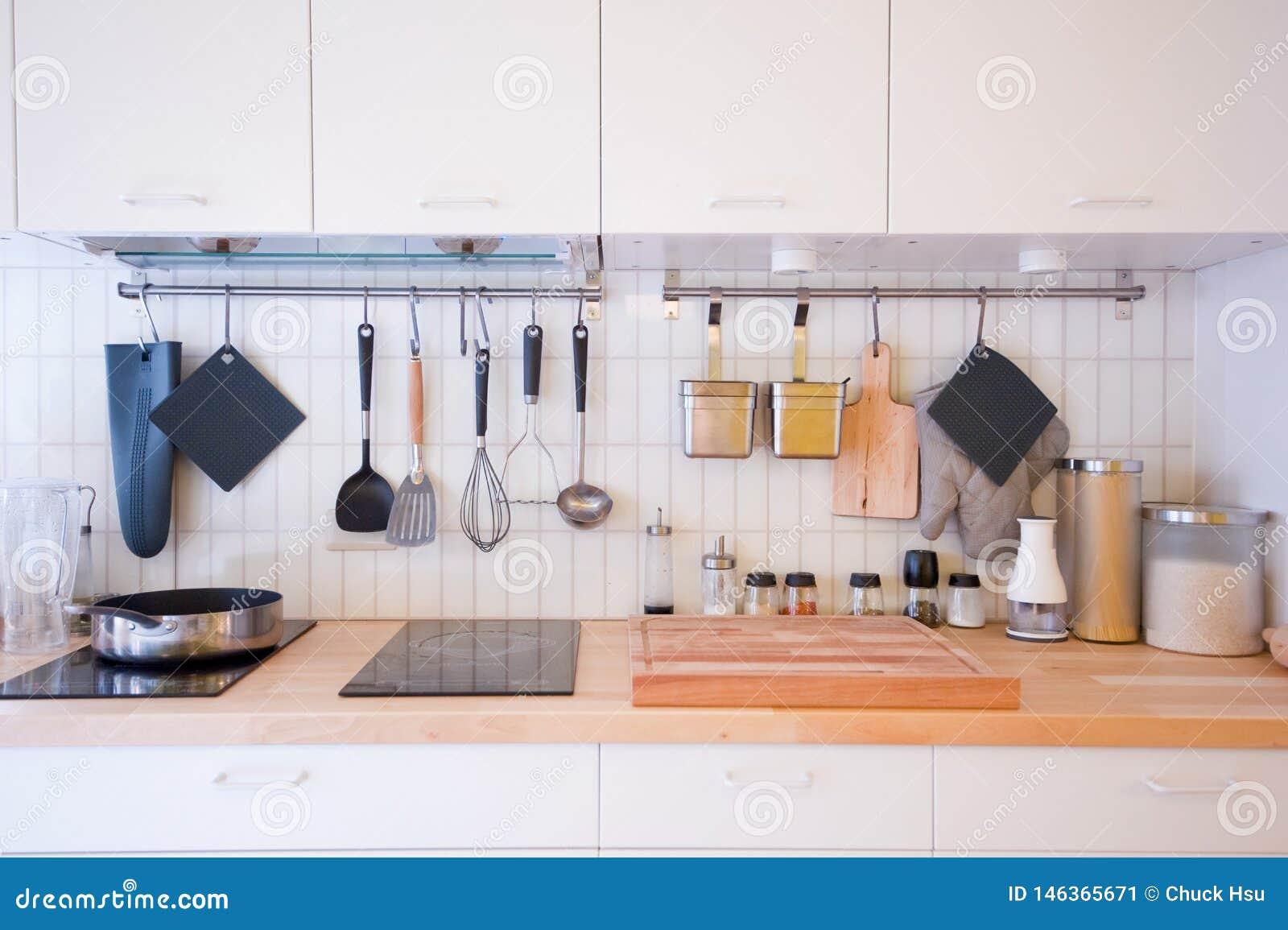 Un Grand Choix De Couverts Dans La Cuisine Image stock - Image du