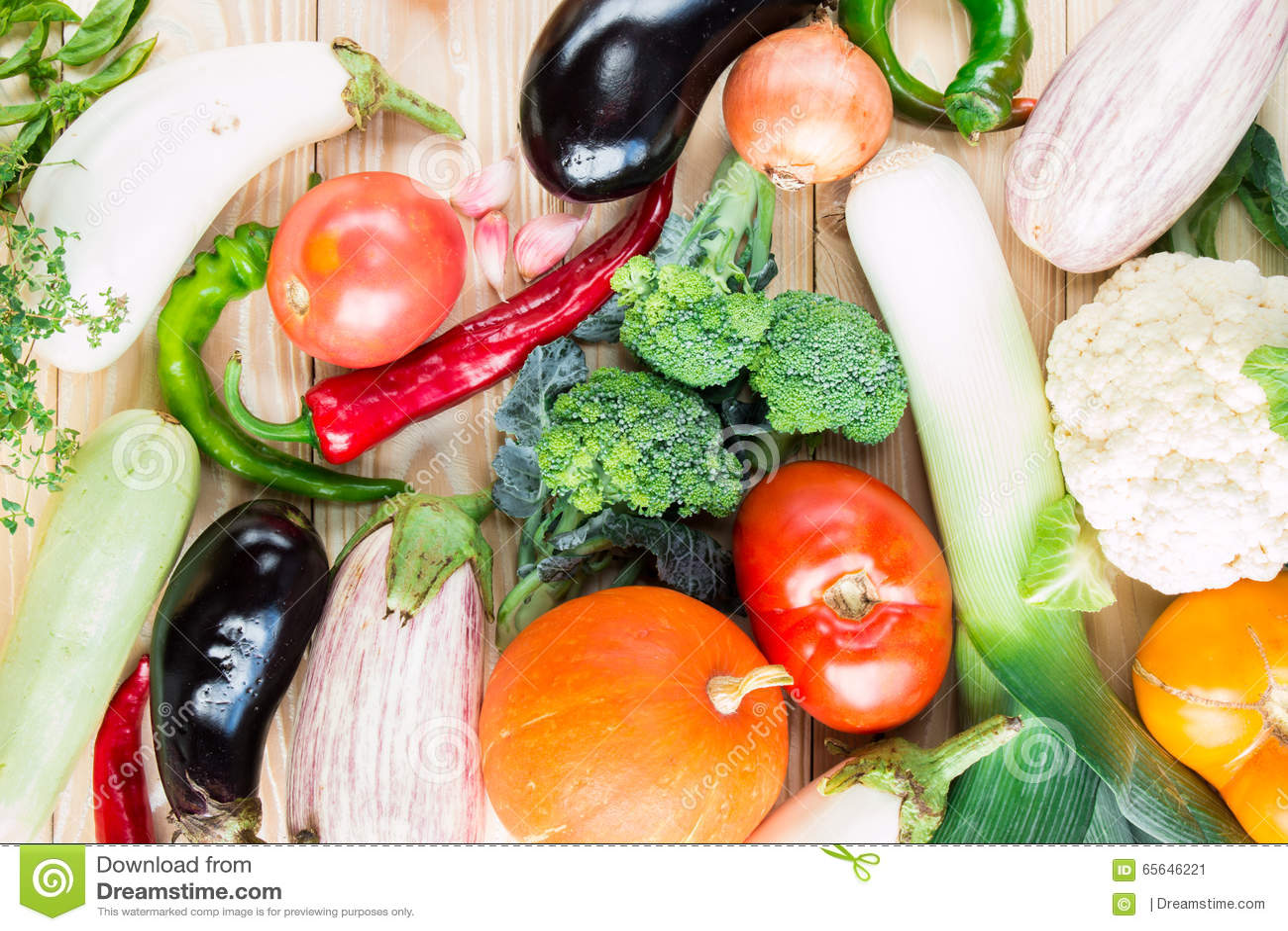 Un grand choix de légumes colorés à la table en bois