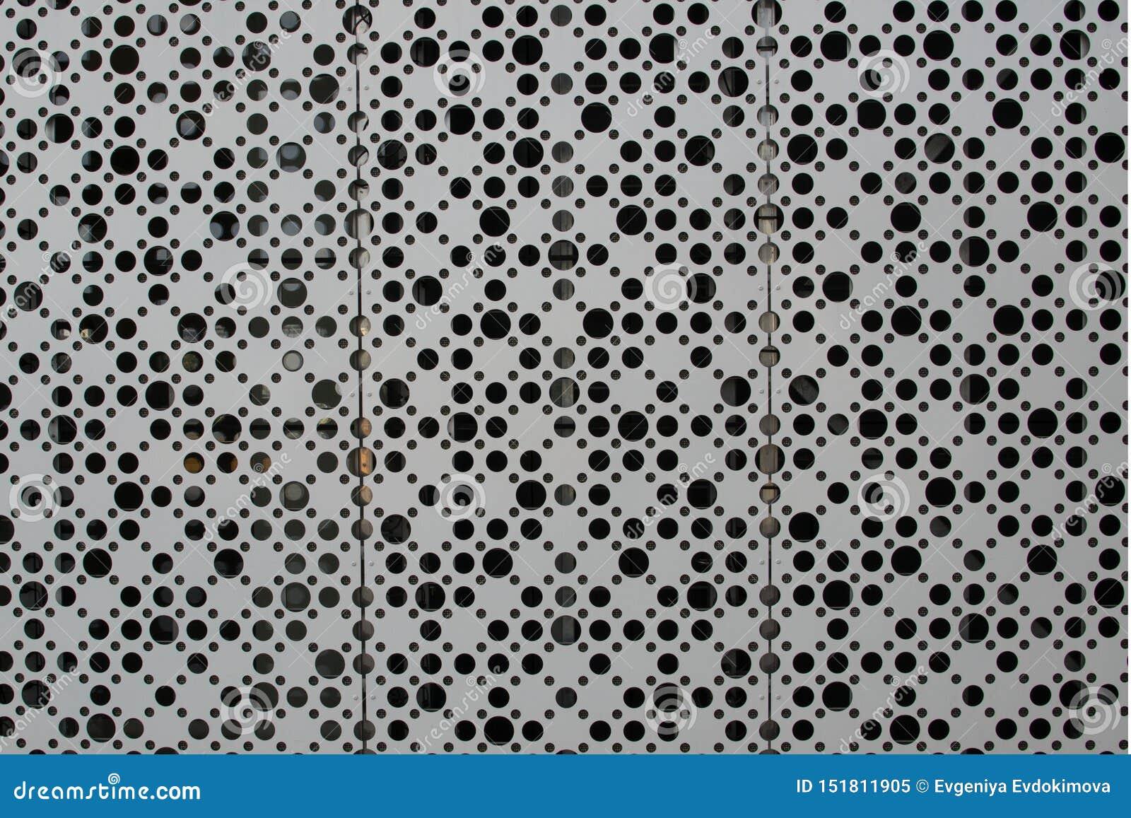 Un grand nombre de trous sur une feuille de métal
