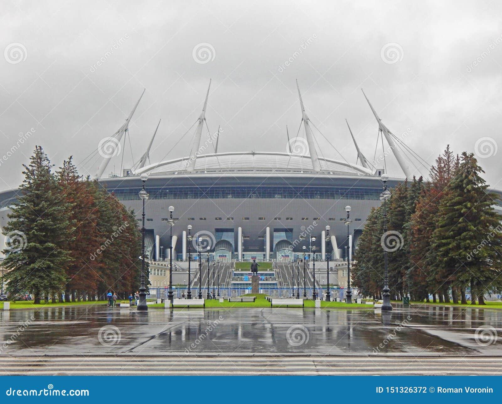 Un grand stade de football un jour pluvieux d automne