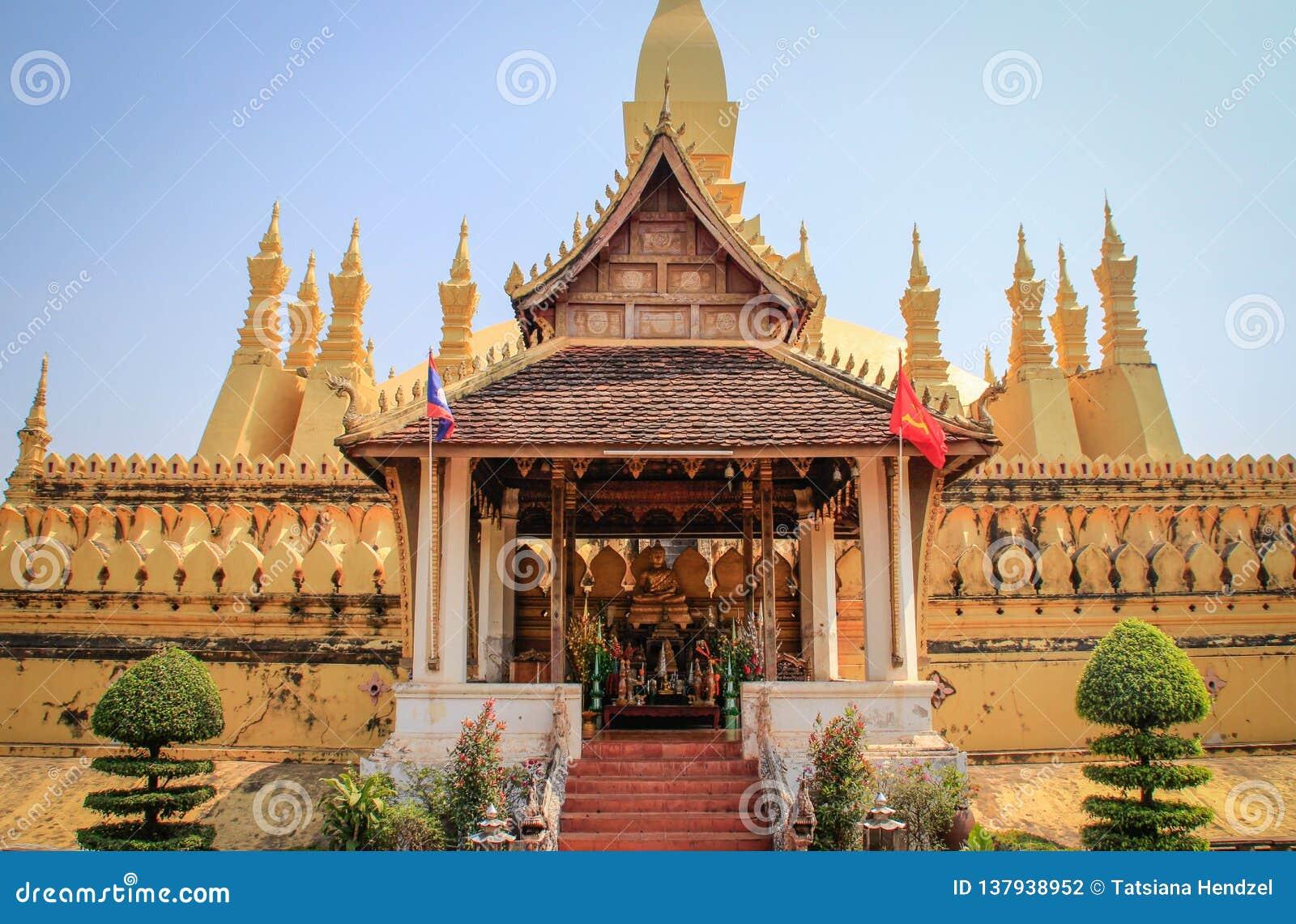 Un grand temple bouddhiste d or avec le beau paysage du grand Stupa sacré