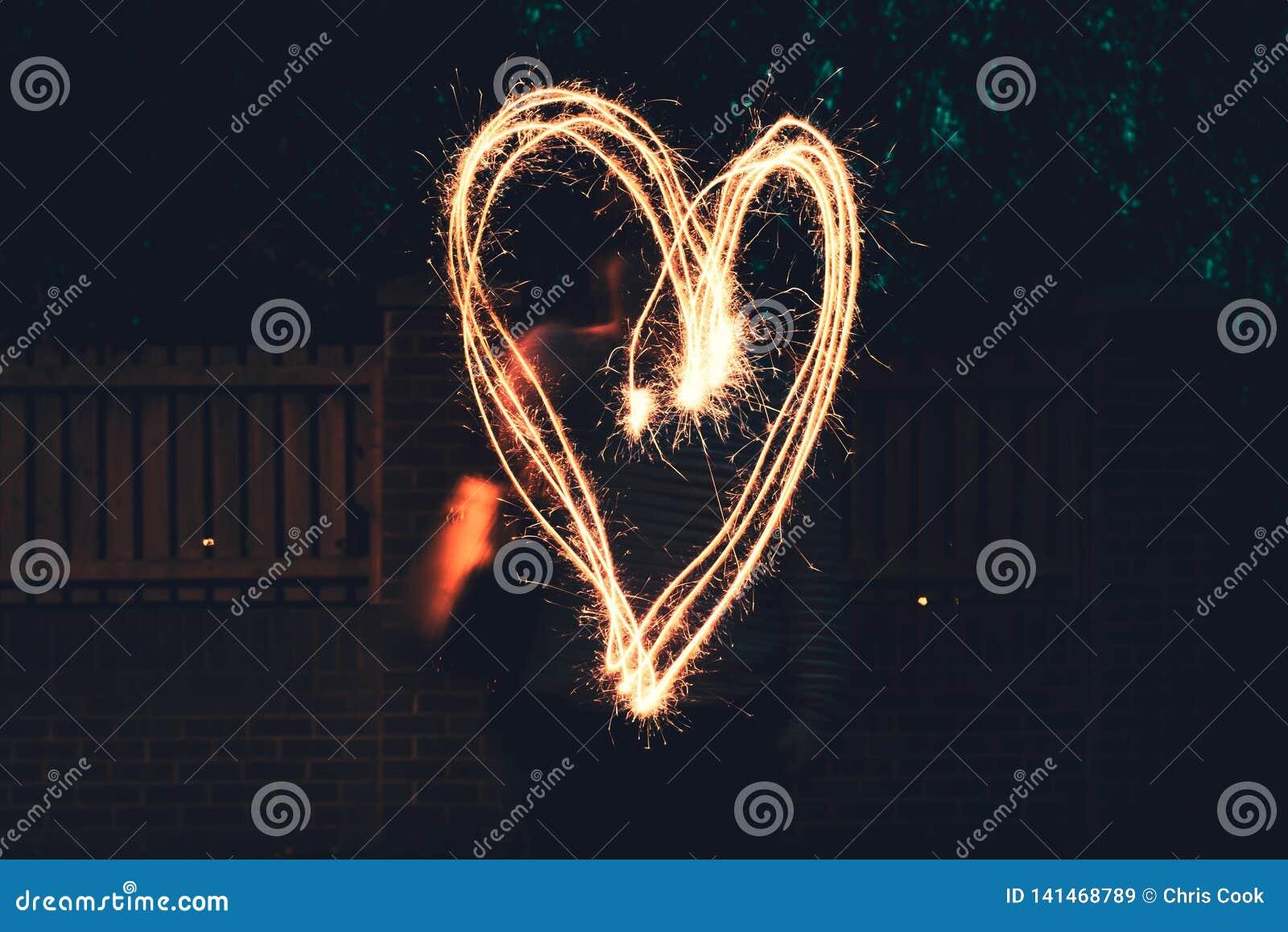 Un grande cuore estratto con una stella filante