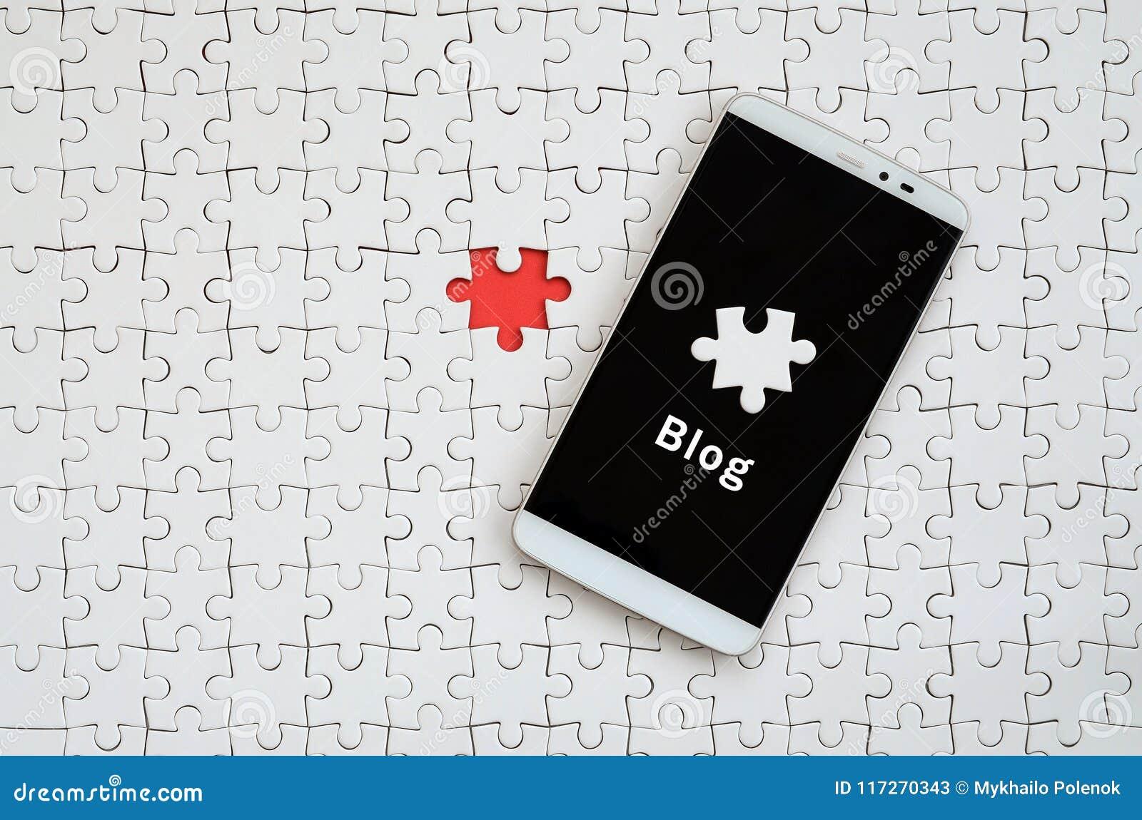 Un grande smartphone moderno con un touch screen si trova sull maschere bianche