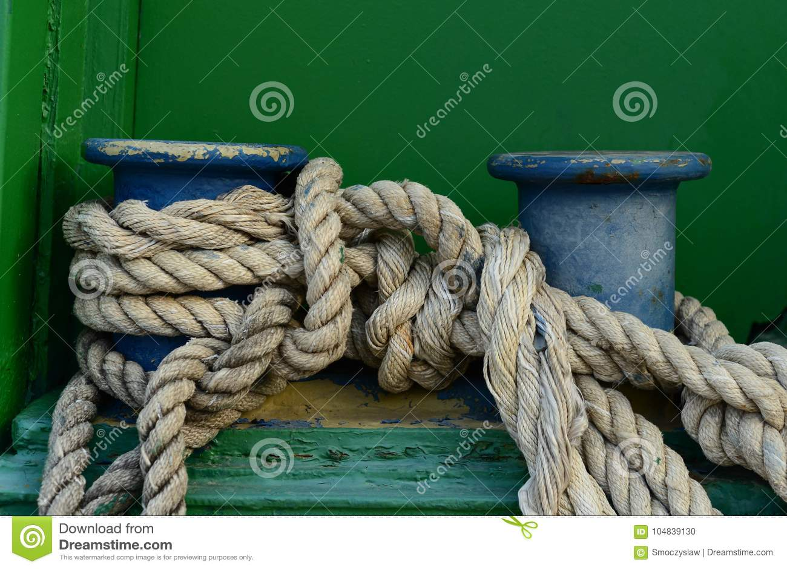 Un grande vecchio morsetto con la corda classica di attracco legata su