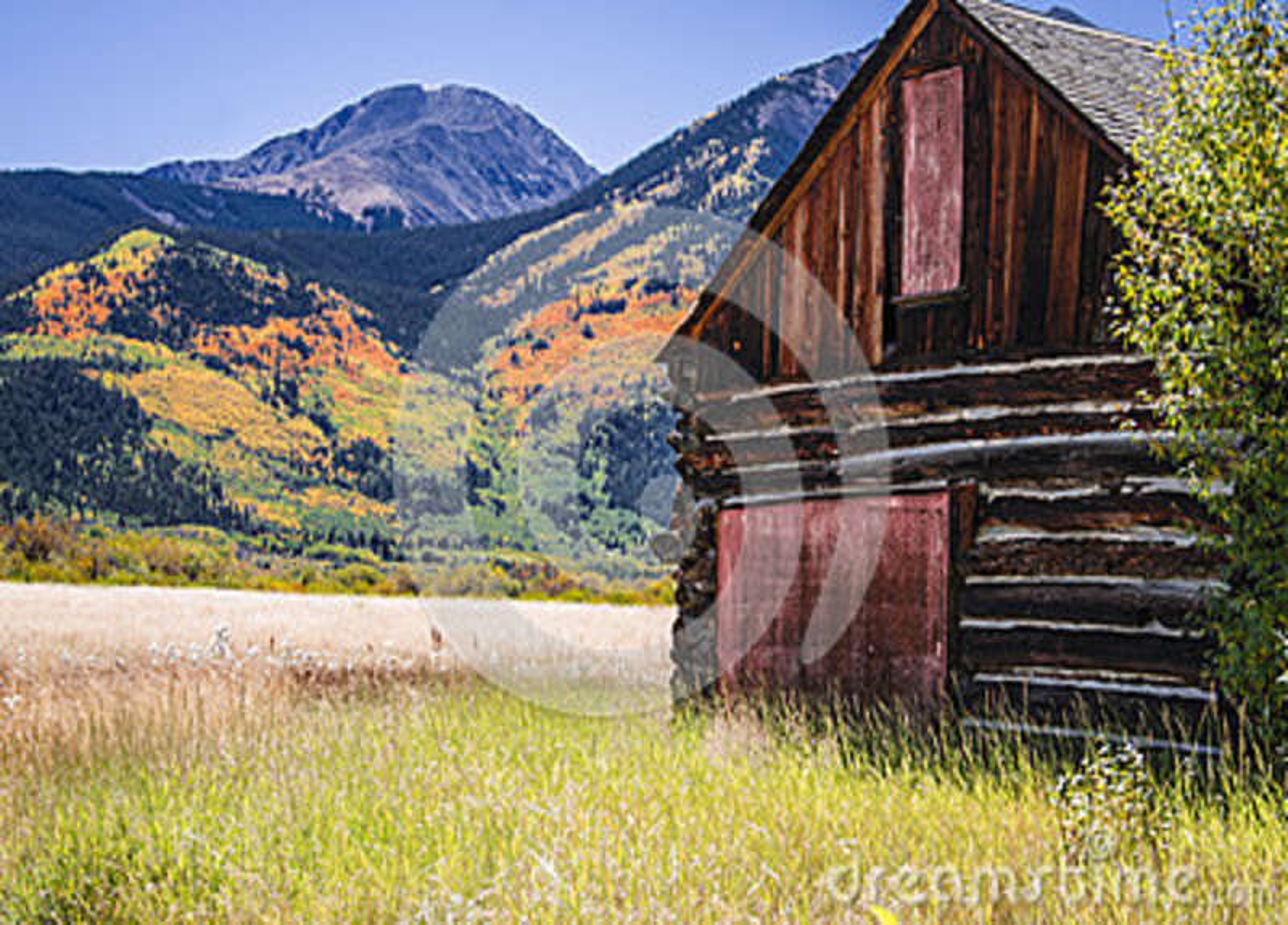 Un granero de madera del registro en el área gemela de Colorado de los lagos