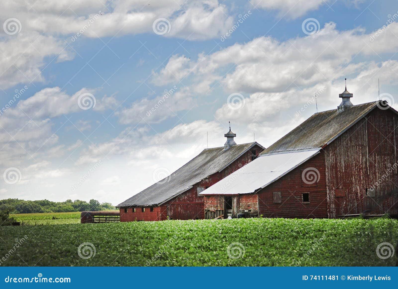 Un Granero Rojo Viejo En Illinois En Una Nube Hermosa Llenó Día ...