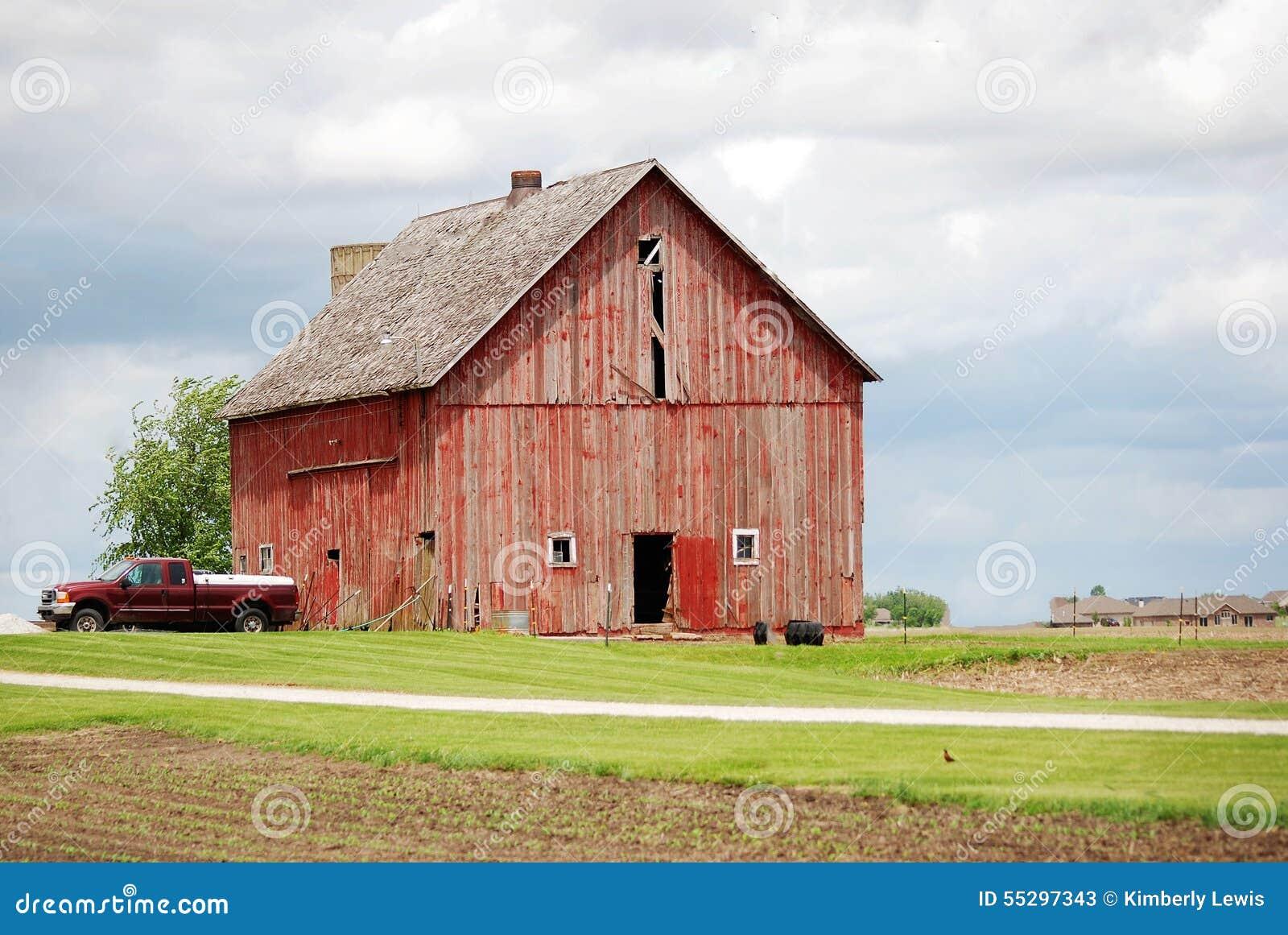 Un Granero Viejo, Rojo Rural Con Una Camioneta Pickup Roja Imagen de ...