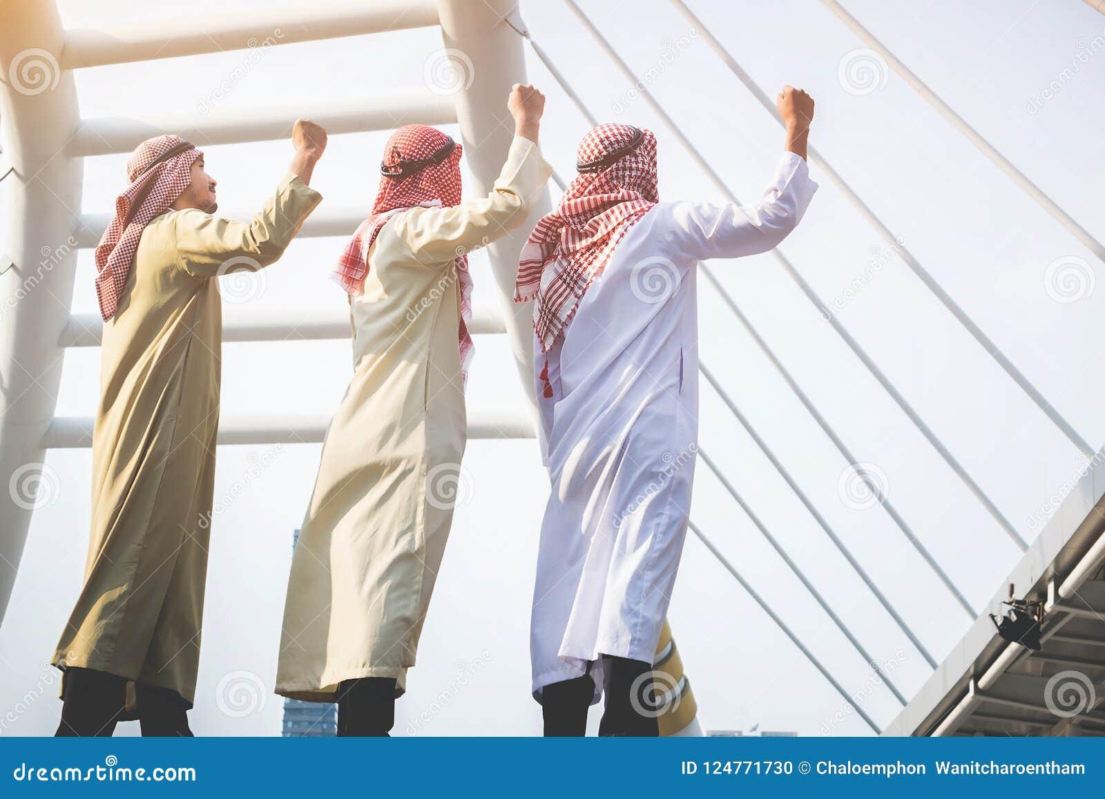 Un groupe d hommes d affaires arabes a soulevé leurs poings pour assurer le succès