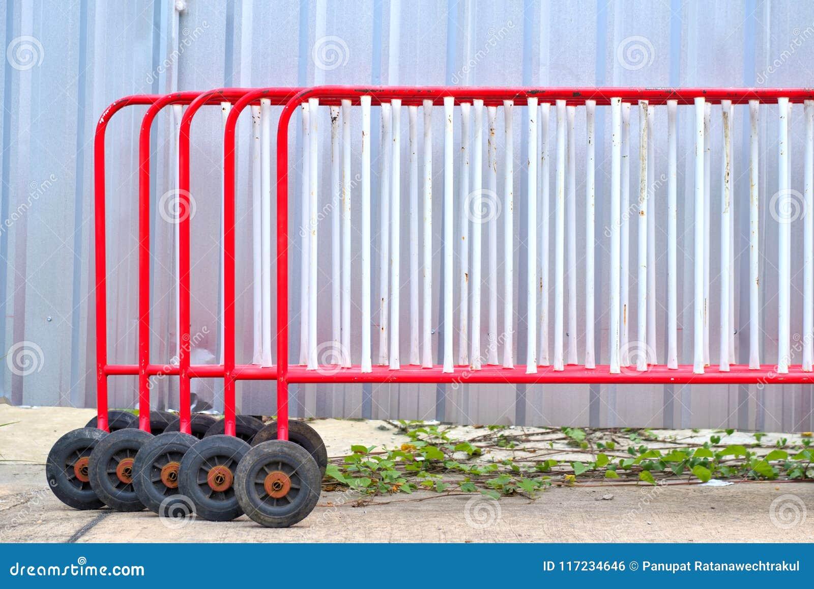 Un groupe de barrière rouge du trafic