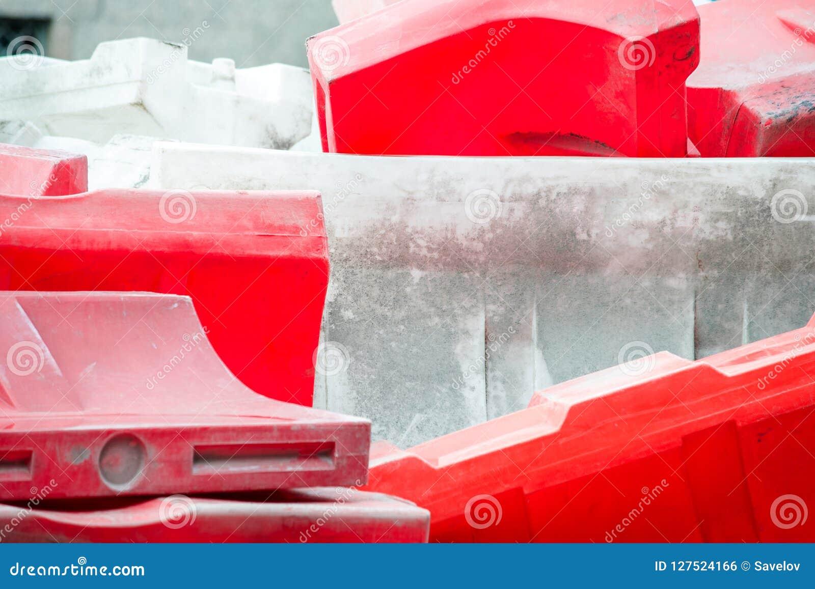 Un groupe de barrières en plastique remplies d eau rouges et blanches de route