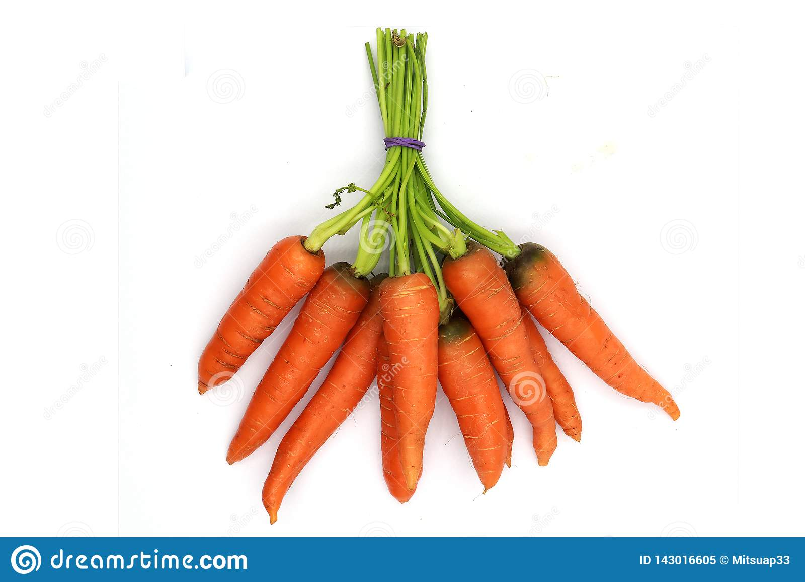 Un groupe de carottes de bébé saines et fraîches d isolement sur le fond noir