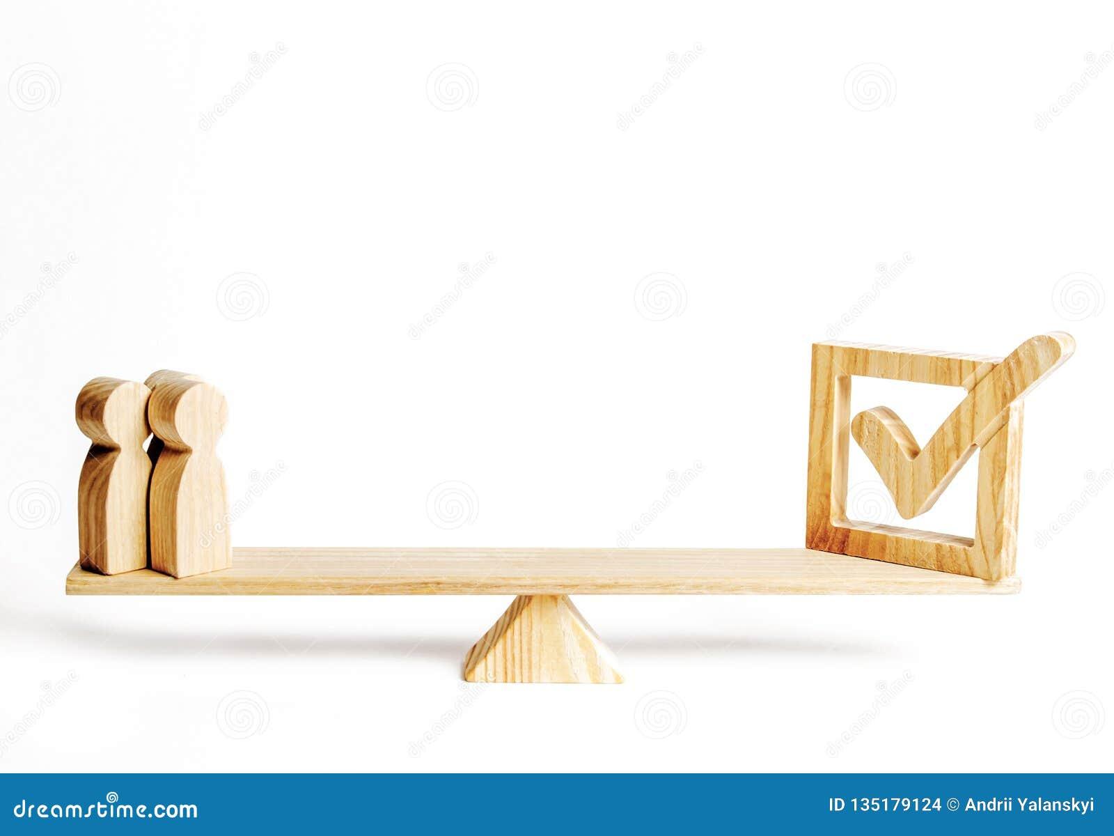 Un groupe de figures en bois des personnes et du coche en bois sur les échelles concept d appui politique, votant pour des lois