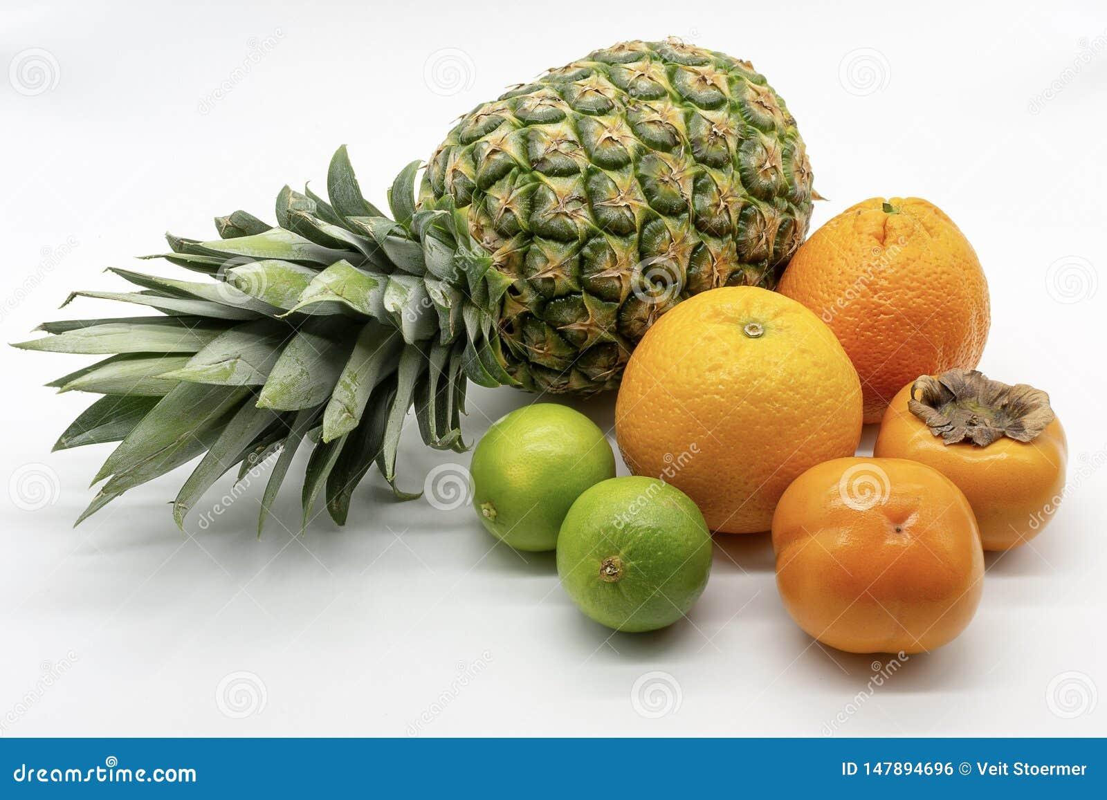 Un groupe de fruits tropicaux