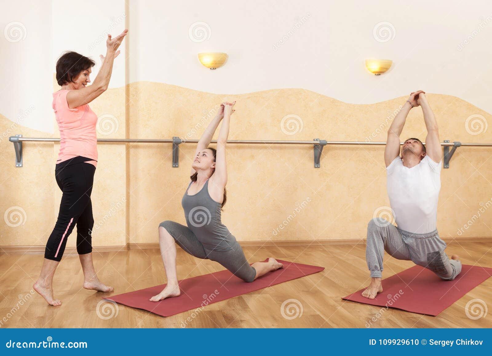 Un groupe de personnes faisant le yoga