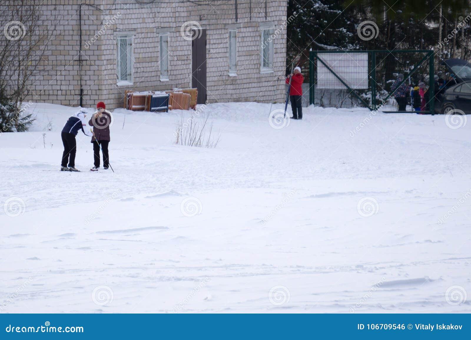 Un groupe de personnes gaies avec des skis et des surfs des neiges à jouer