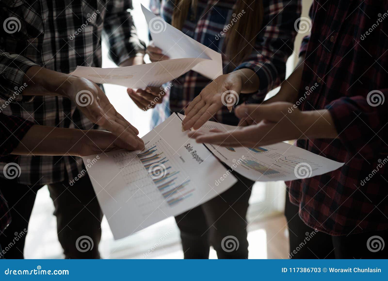 Un groupe de personnes l ouvrier et la femme dans la chemise de plaid Talki