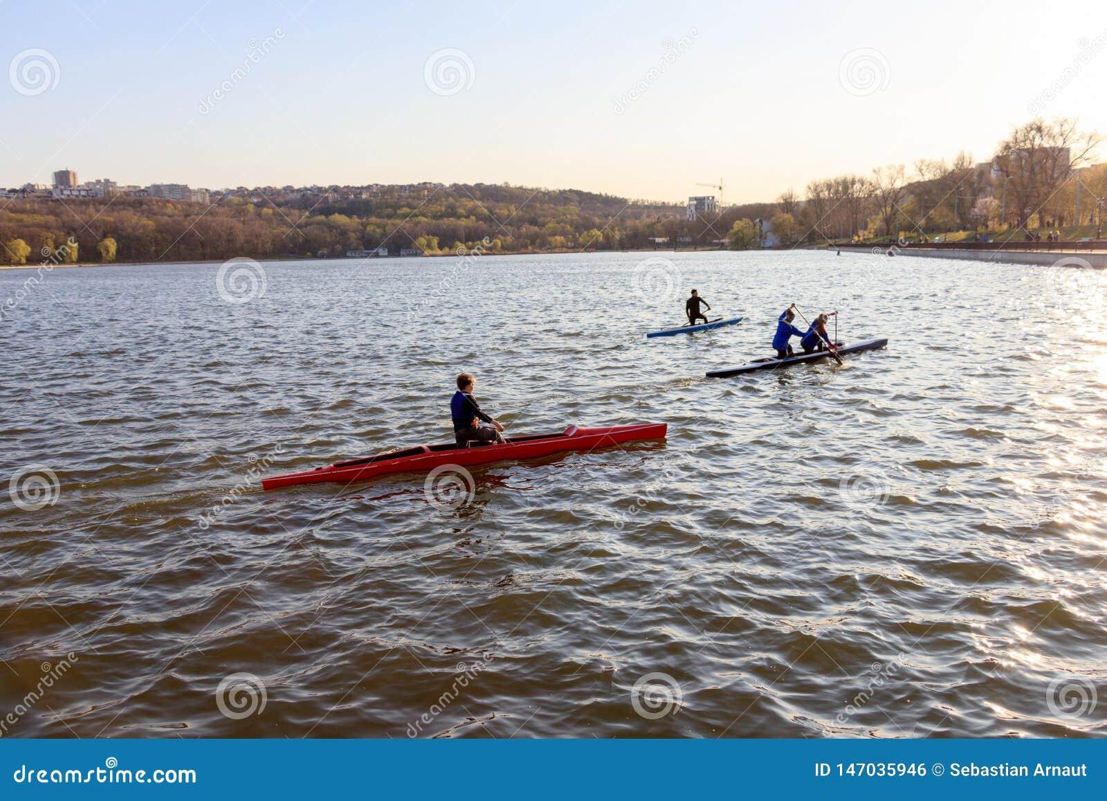 Un groupe de personnes montent un kayak