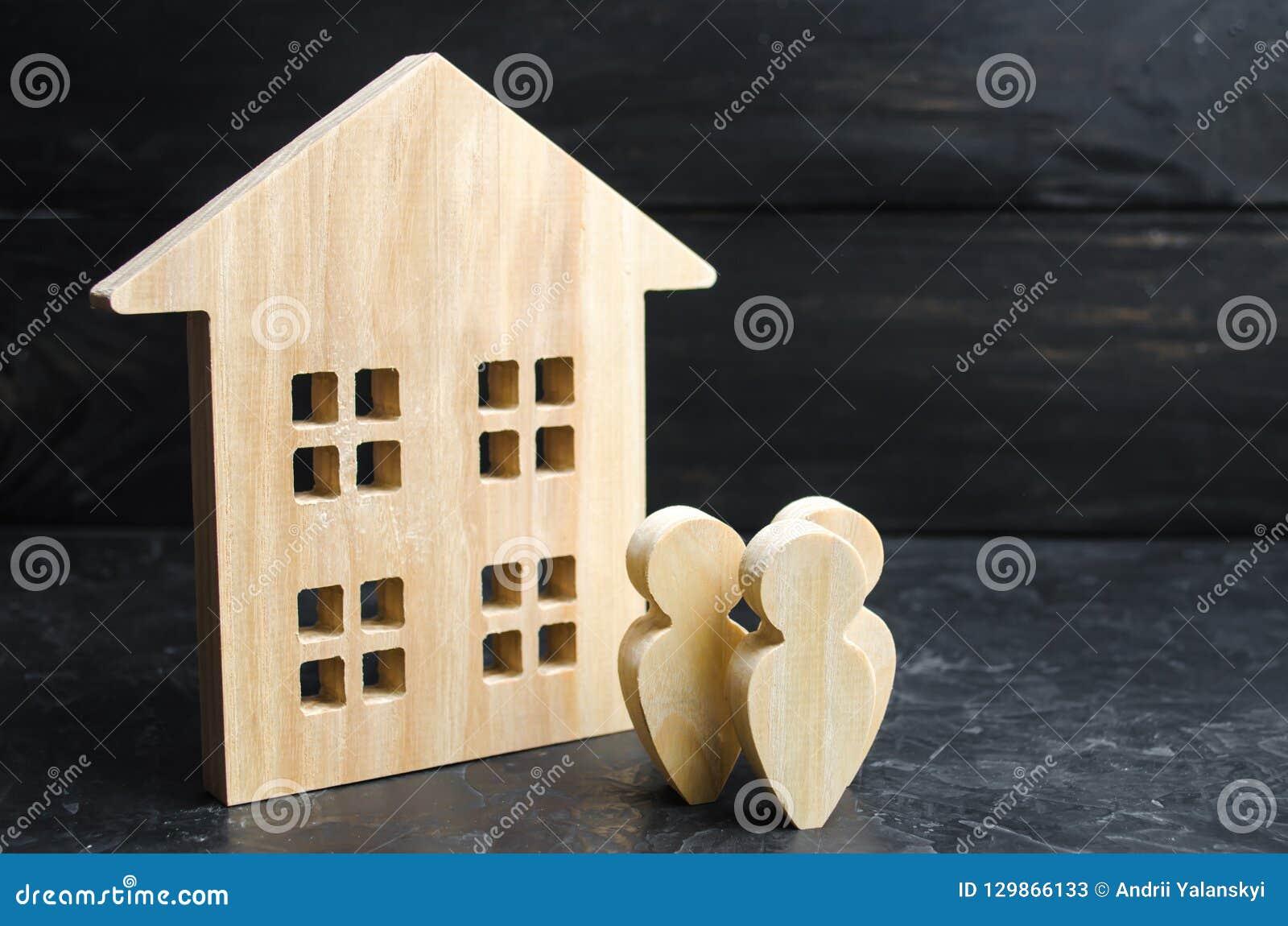 Un groupe de personnes se tenant près de l immeuble Achetant ou du logement de vente et des immobiliers Prêt pour acheter une mai