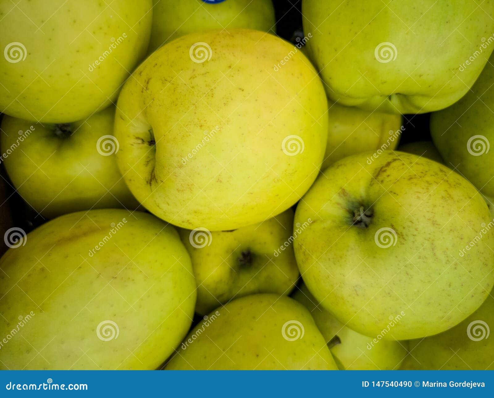 Un groupe de pommes sur la table
