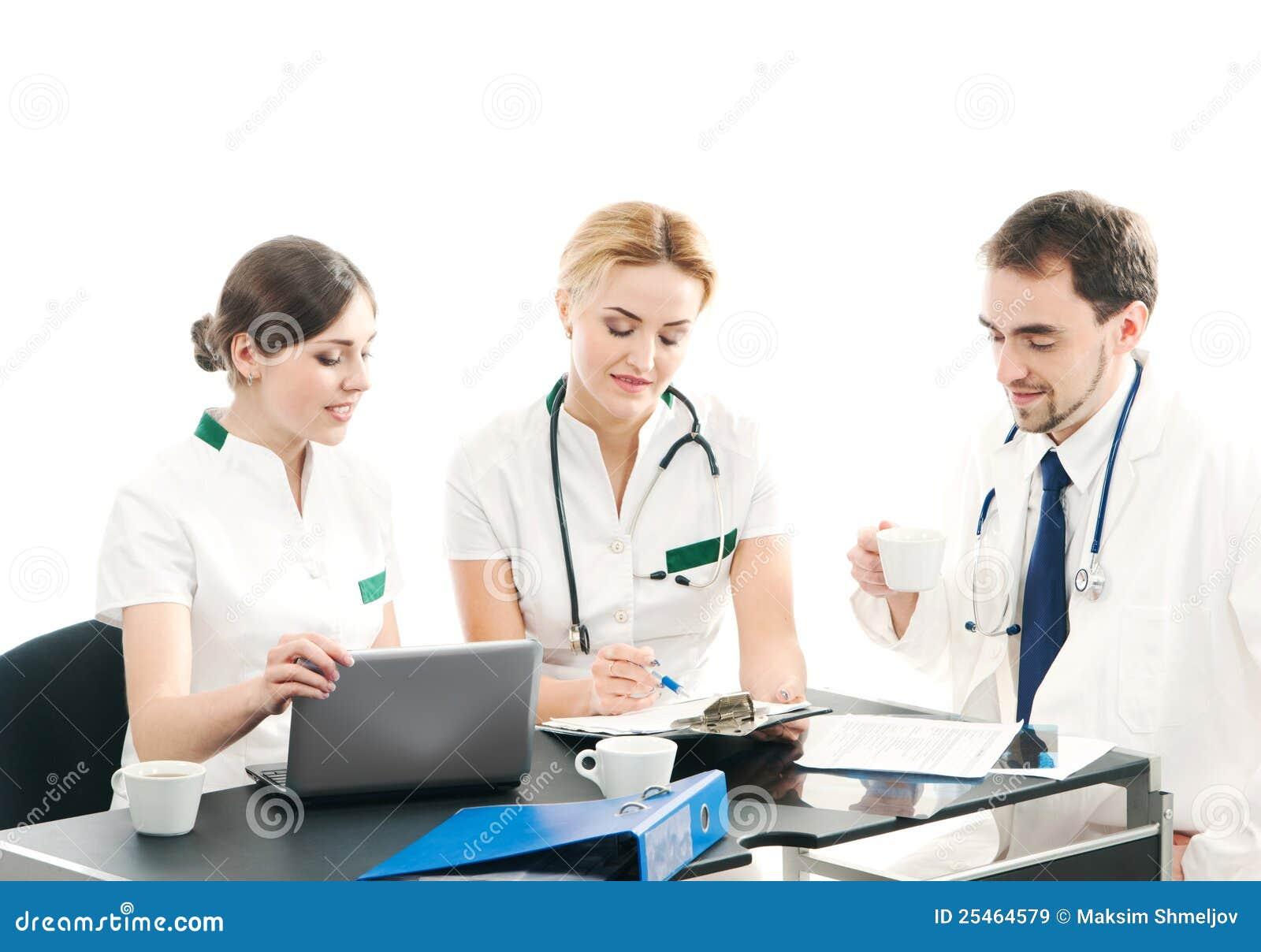 Un groupe de trois jeunes médecins travaillant ensemble