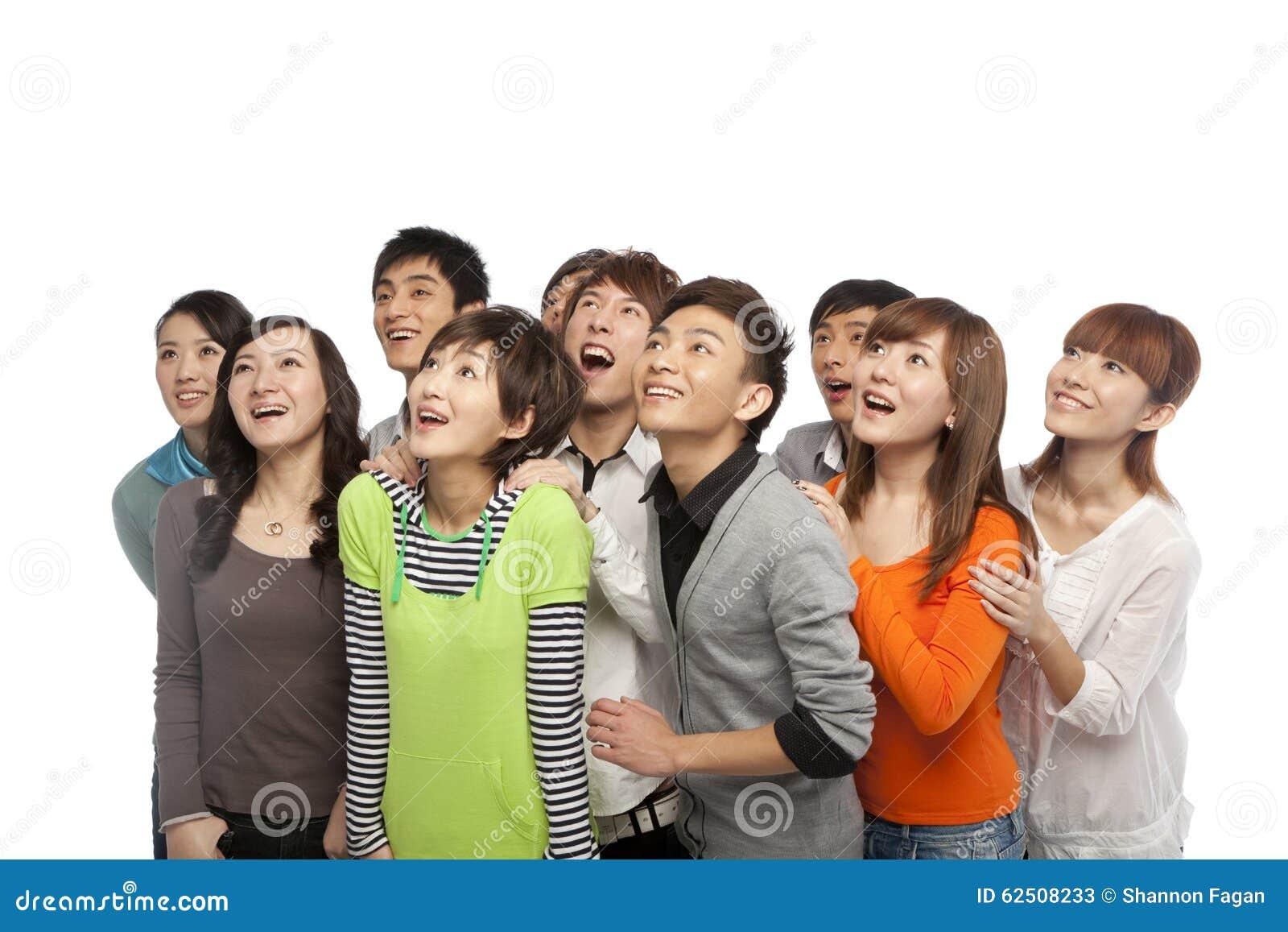Un groupe des jeunes recherchant dans l excitation