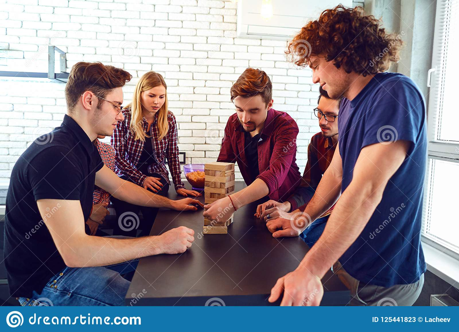 Un Grupo Alegre De Gente Joven Juega A Los Juegos De Mesa Imagen De