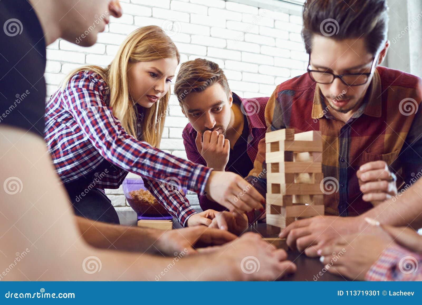 Un Grupo Alegre De Juegos De Mesa Del Juego De Los Amigos Imagen De